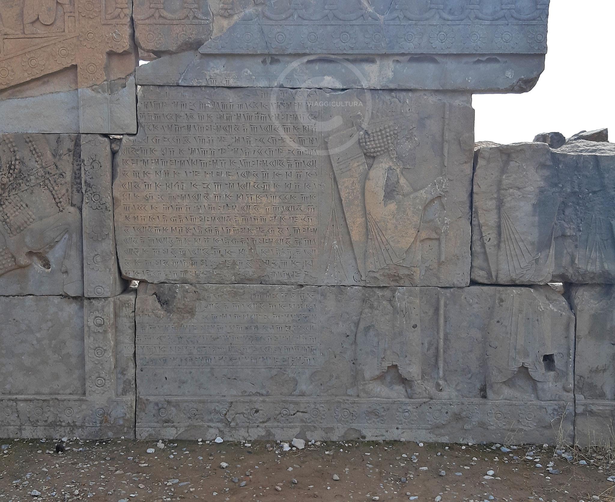 Iscrizione attribuita ad Artaserse in lingua persiana antica posta sulla scalinata del Palazzo H - Persepoli (Iran)