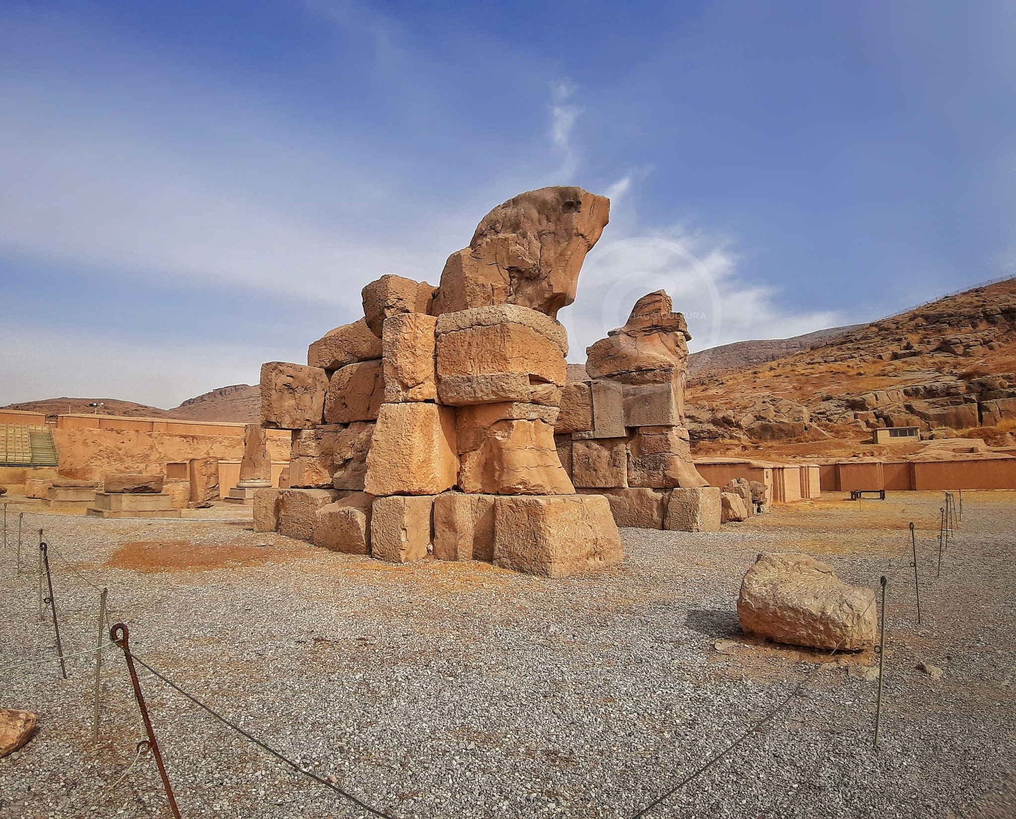 Porta incompiuta localizzata nel portico nord del Palazzo delle Cento Colonne, vicino alla quale sono state ritrovate 34.000 tavolette in lingua elamita - Persepoli (Iran)