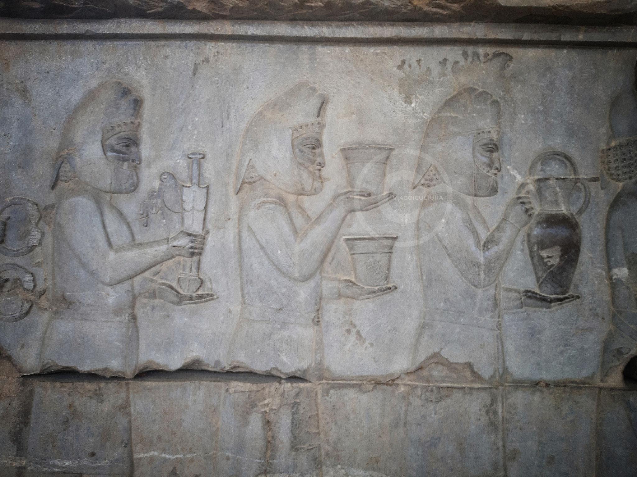 Membri della delegazione dei Medi che portano in dono un pugnale mede, noto come ''acounak'', e dei preziosi vasi, Palazzo Apadana - Persepoli (Iran)