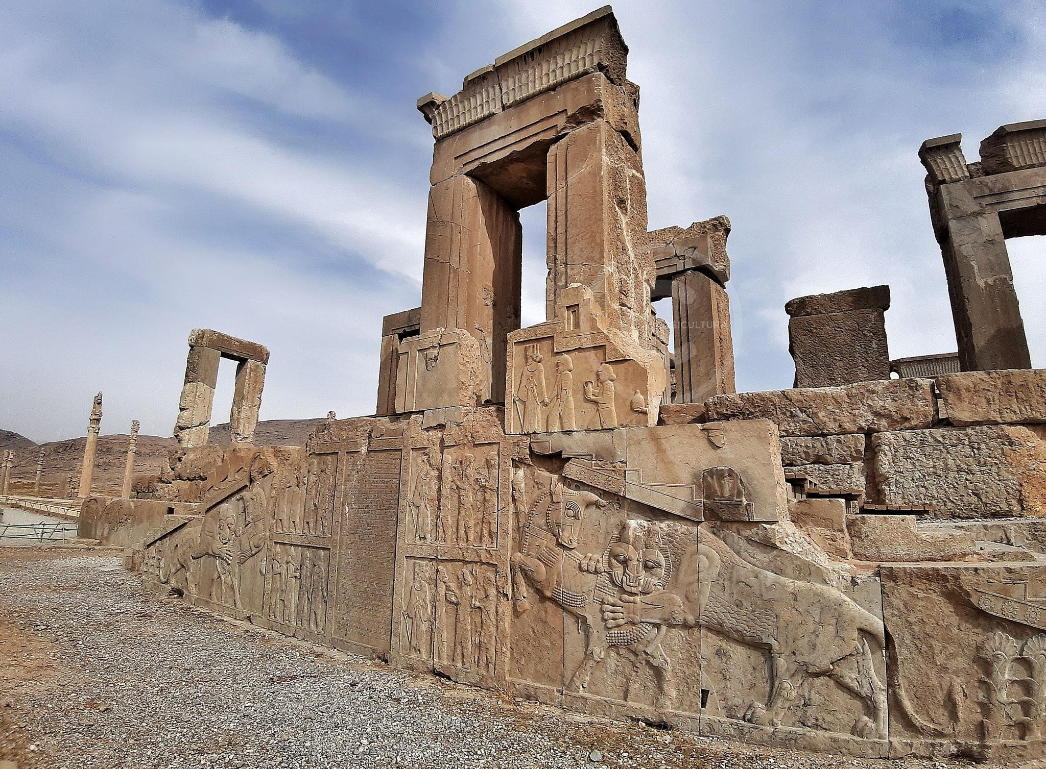 Tachar o Palazzo Privato di Dario I. Le scalinate furono costruite da Artaserse III. La lapide incisa collocata al centro, fu l'ultima iscrizione in persiano antico ritrovata a Persepoli (15 anni dopo giunse Alessandro Magno) - Persepoli (Iran)