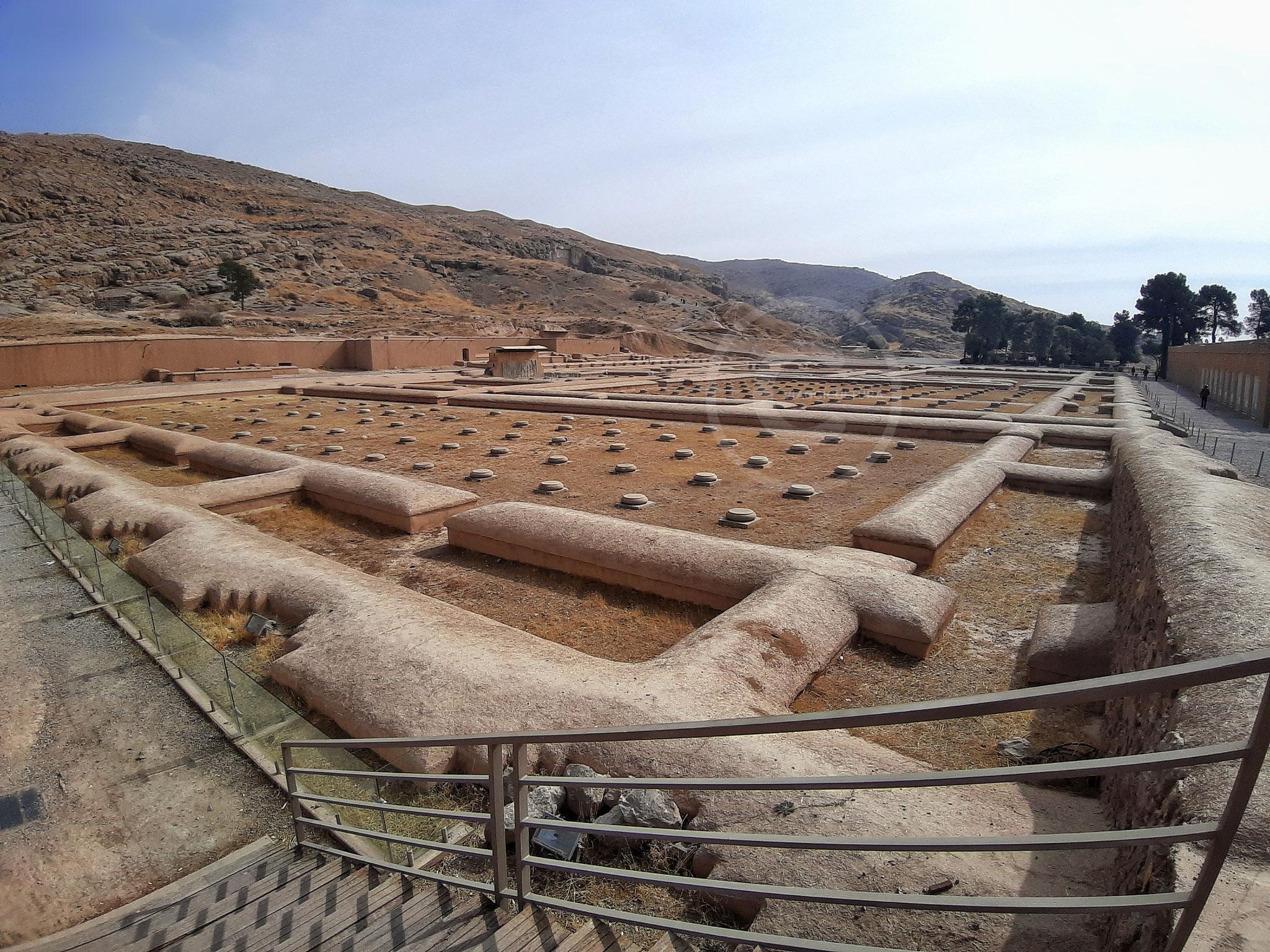 Tesoreria di Persepoli: le basi delle colonne della zona settentrionale della Sala delle Udienze - Persepoli (Iran)