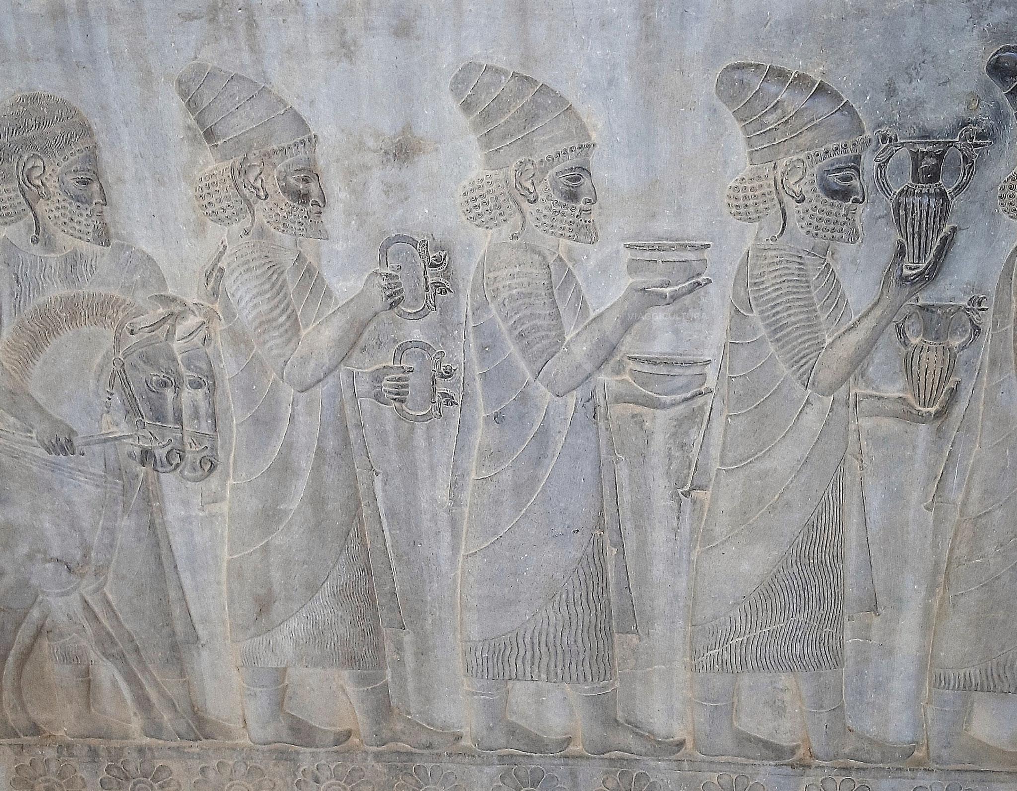 Vassalli Lidi che portano in dono vasi d'oro, bracciali e un carro trainato da due cavalli - fiancata della scalinata sud, Palazzo Apadana - Persepoli (Iran)