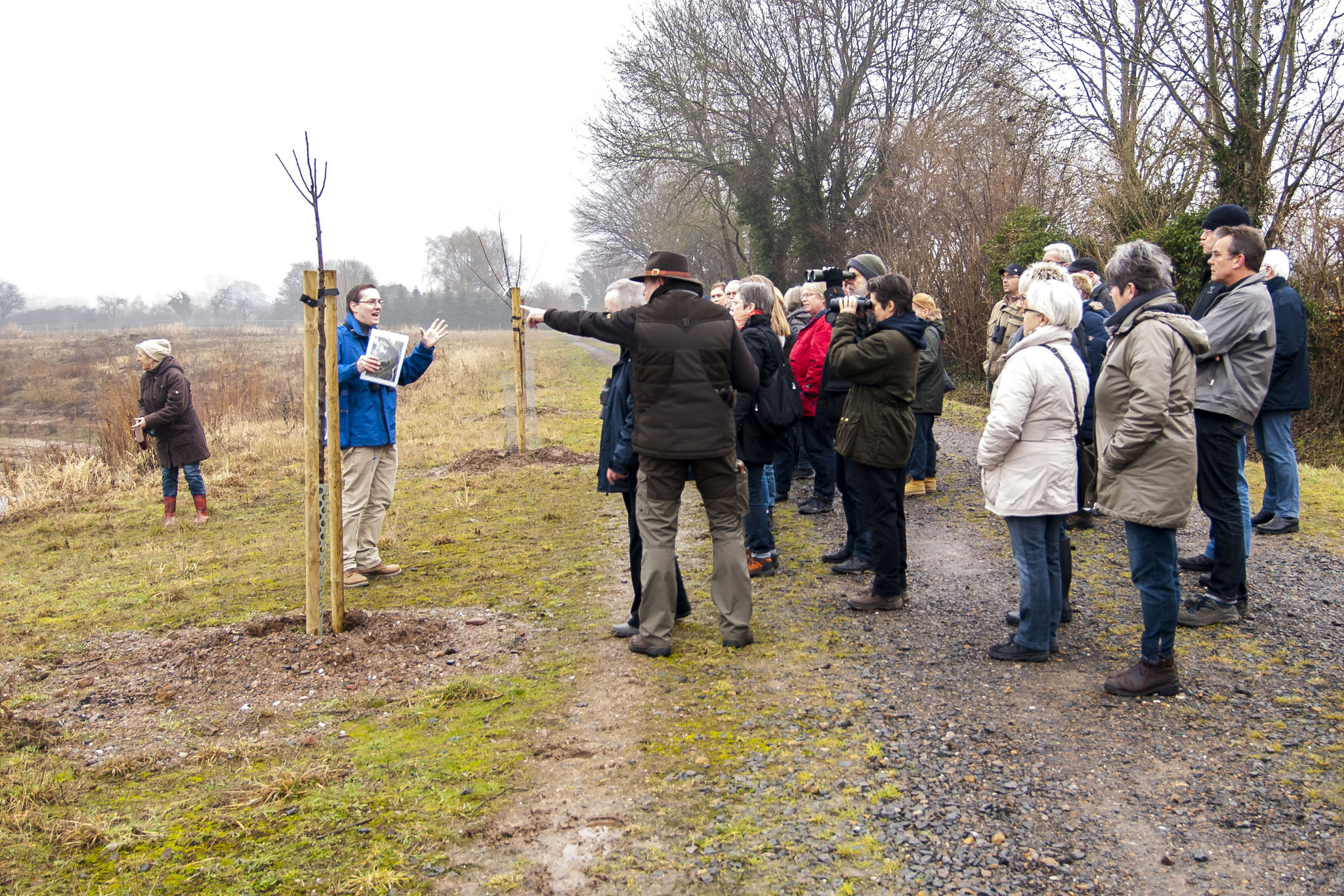 Die Besucher lauschen den Ausführungen des ersten Vorsitzenden der NABU-Gruppe Rinteln. - Fotos: Kathy Büscher
