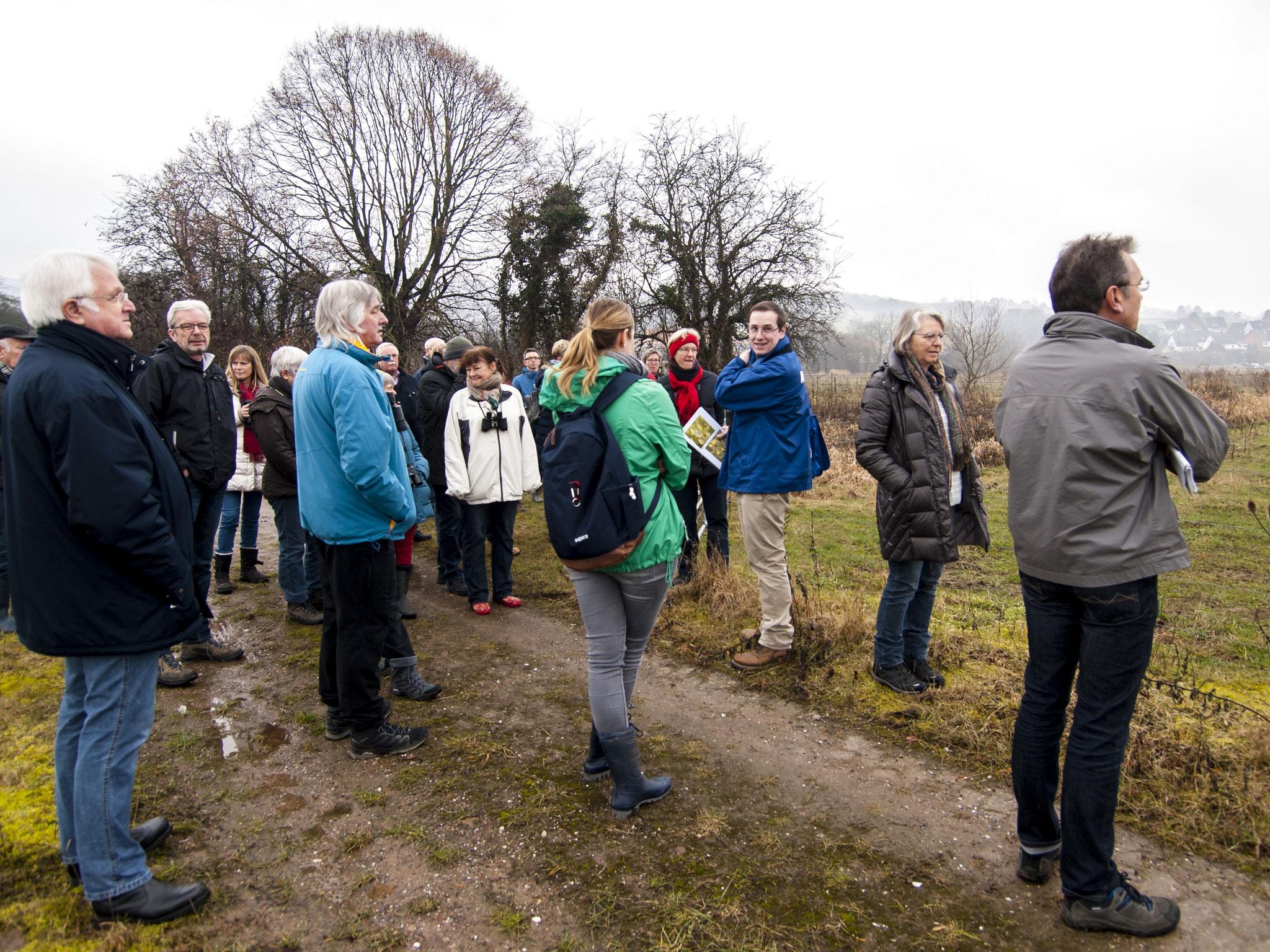 Am Stichweg erklärt Dr. Büscher den Teilnehmern das Beweidungskonzept.