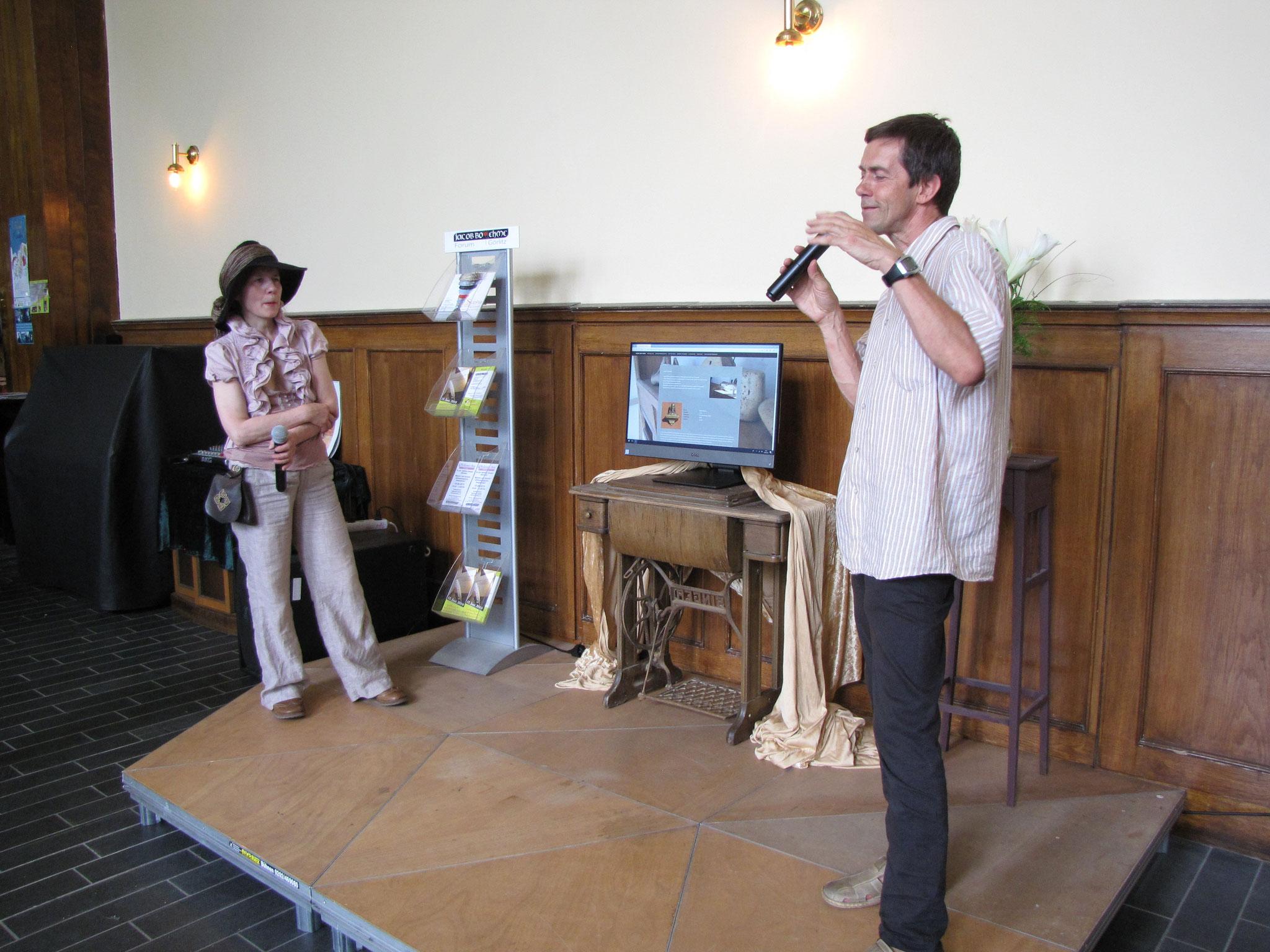 Birgit Beltle und Maik Hosang erklären den Touchscreen