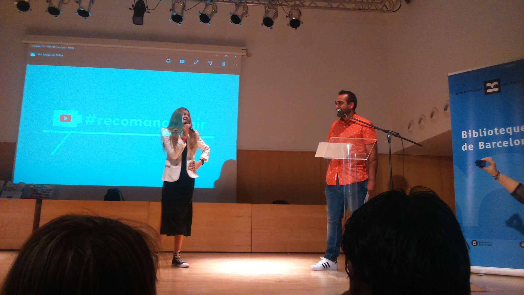 Marta Botet (booktuber i membre del jurat) i Ernest Codian (membre de l'equip d'Adolescents.cat)