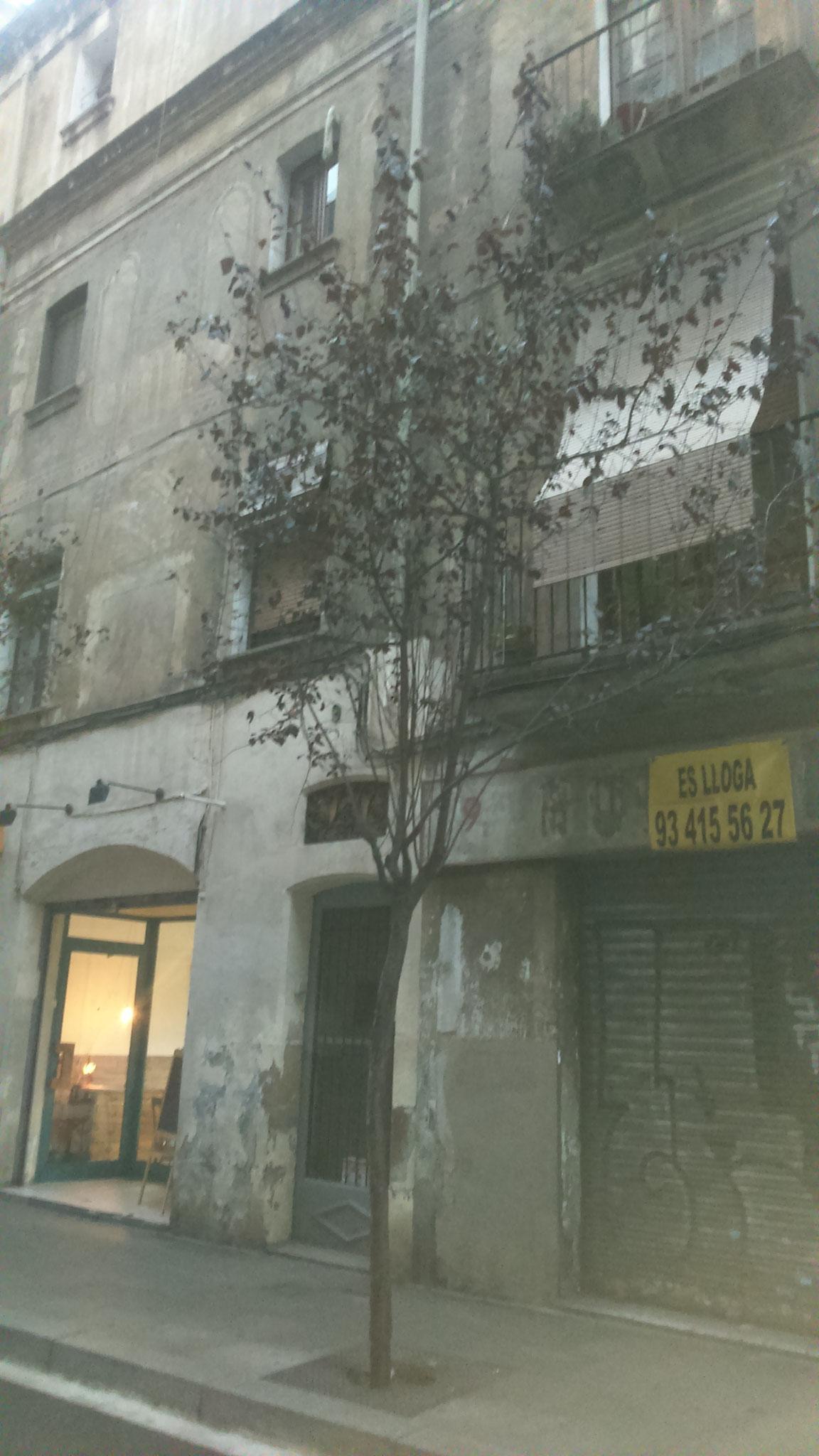 """L'edifici on viu la Colometa a """"La Plaça del Diamant"""""""