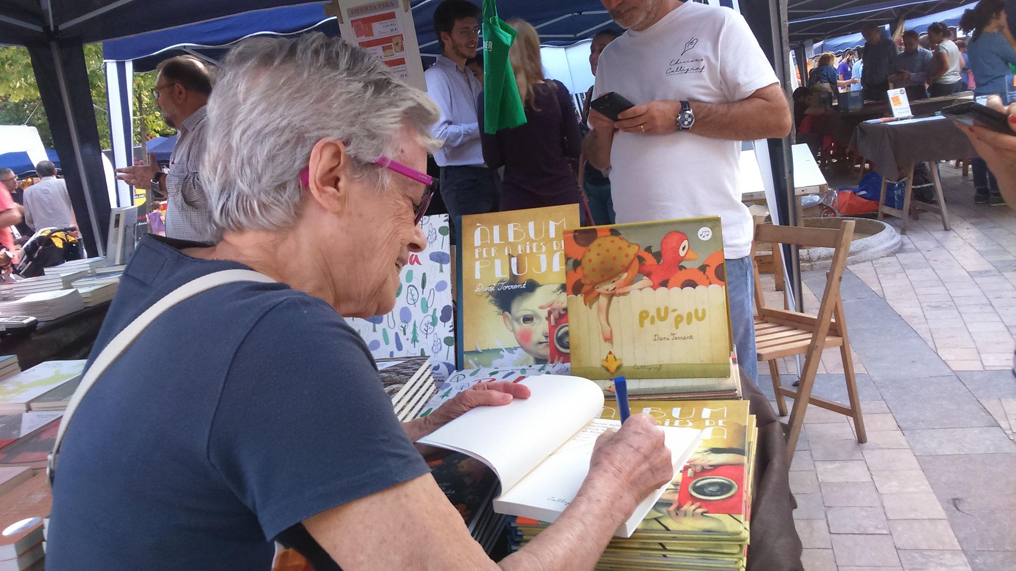 """Roser Rosés em signa el seu llibre """"Trenes tallades"""""""