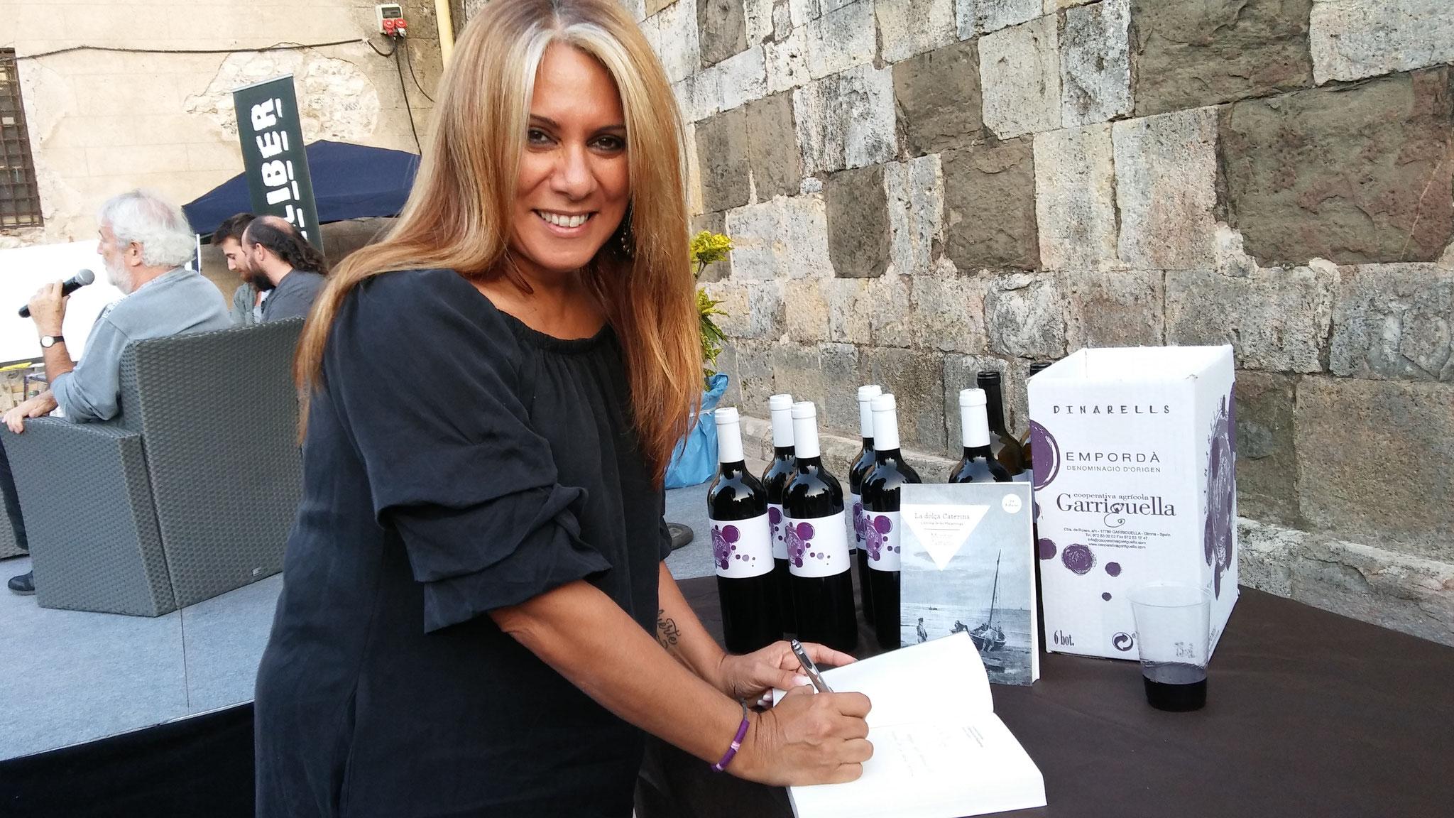 """Montse Castaño signant el meu exemplar de """"La dolça Caterina"""""""