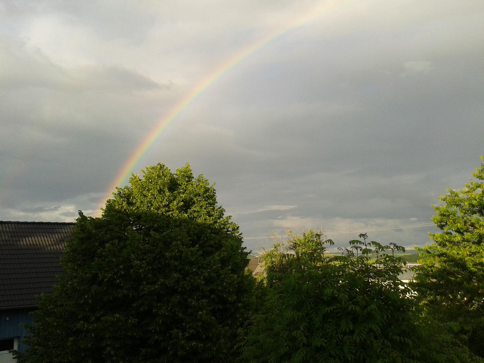 In der klaren Eifelluft kann man kräftige Regenbogen sehen