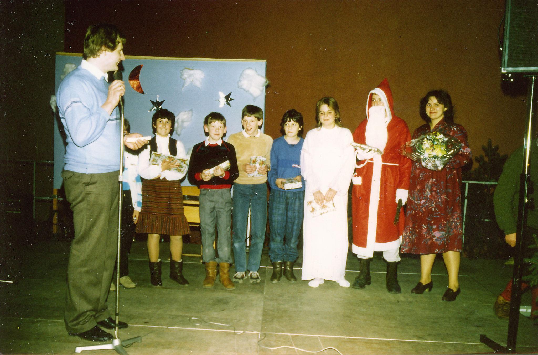 Nikolaus zu besuch auf der Weihnachtsfeier des Vereins in der Halle