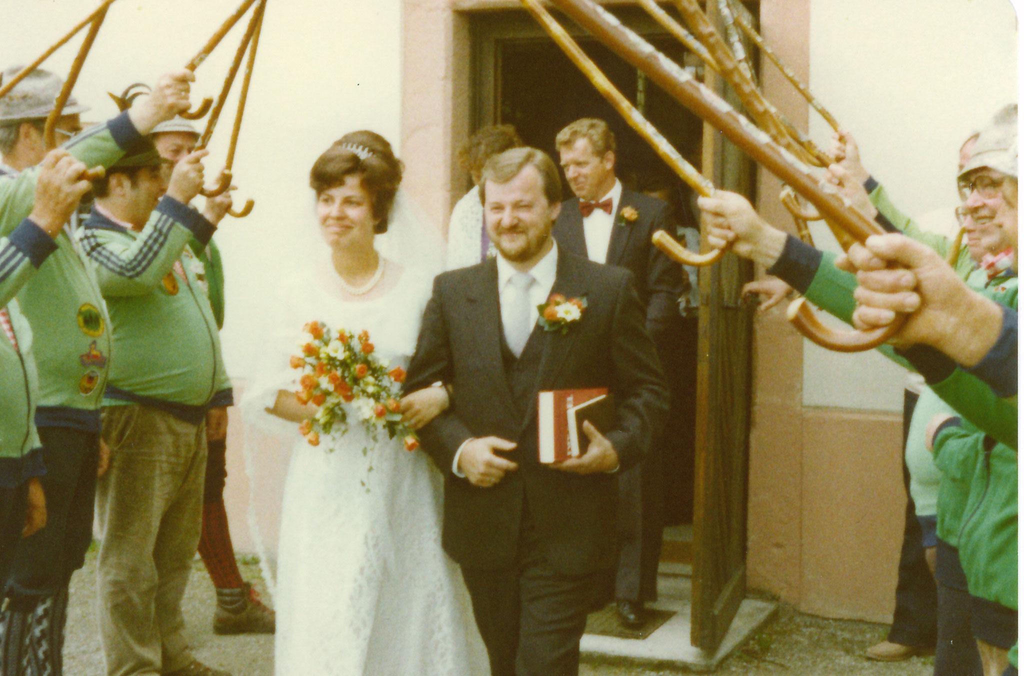 Spalier stehen bei einem Vereinsmitglied auf dem Giersberg in Kirchzarten