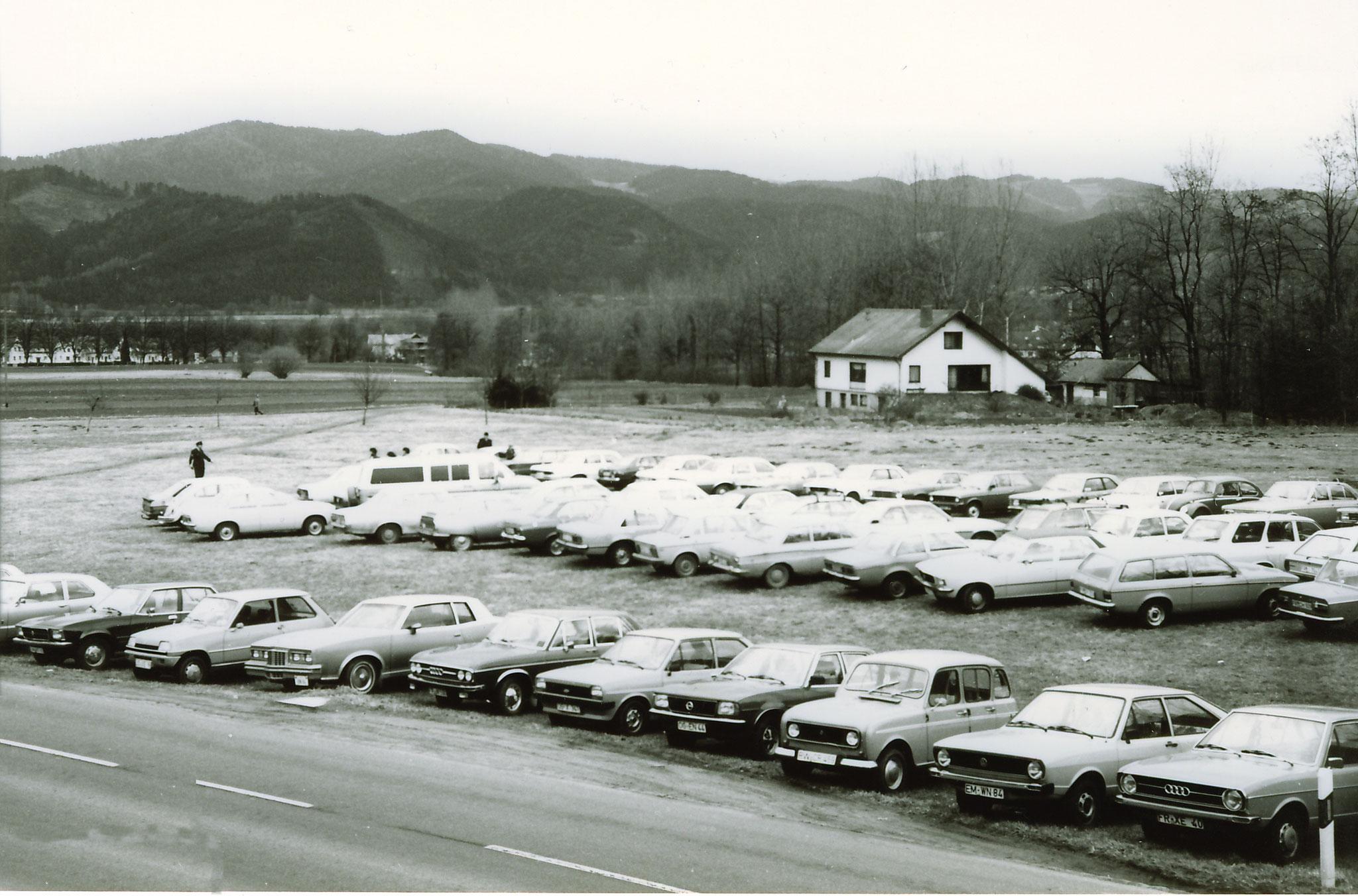 Parkplätze beim Wandertag in Kappel  1982  heute ist alles verbaut.