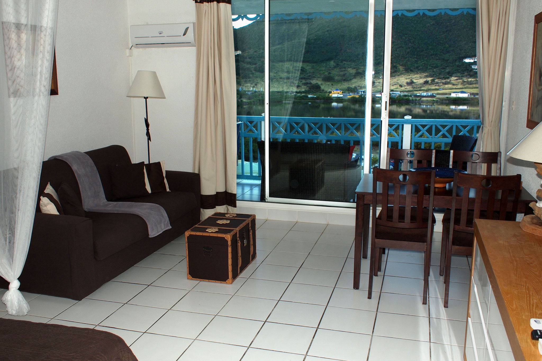 Vue salon / salle à manger 1 (Canapé lit)