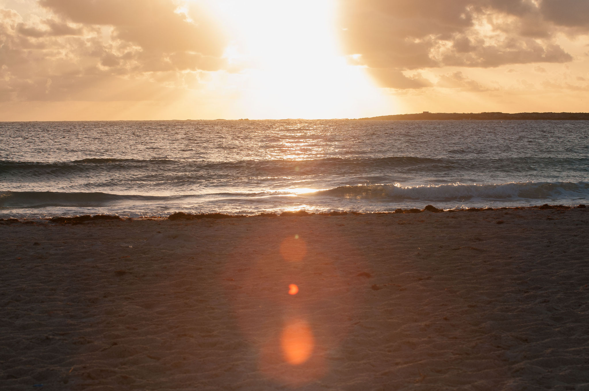 Le lever du soleil sur la plage de la baie Orientale