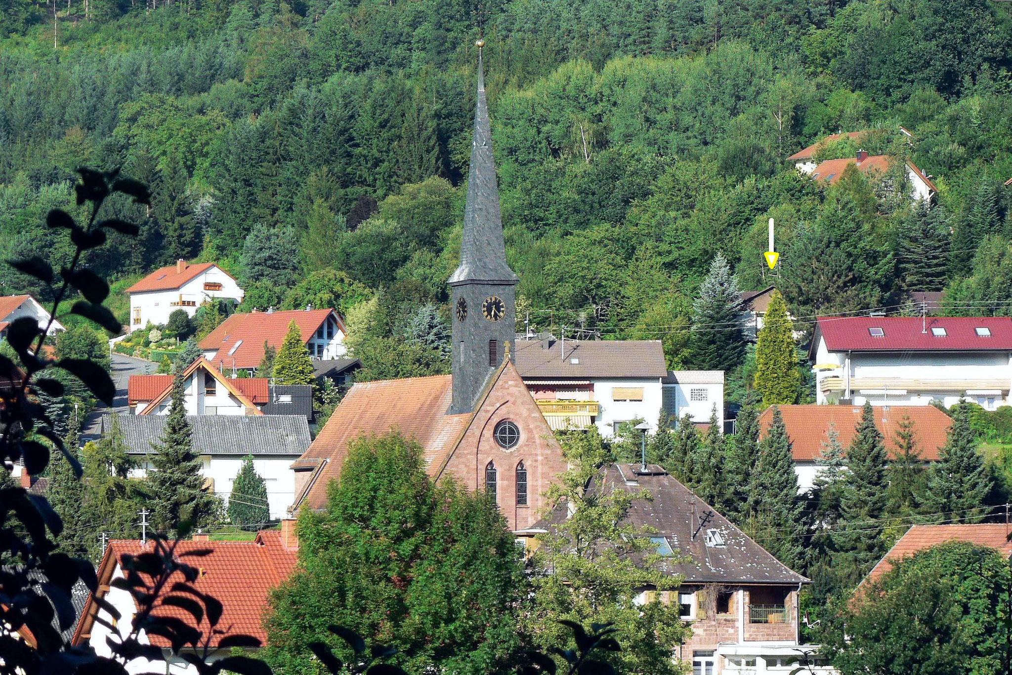 Blick nach Nordwest zum Mühlberg und rechts zum Haus (Pfeil)