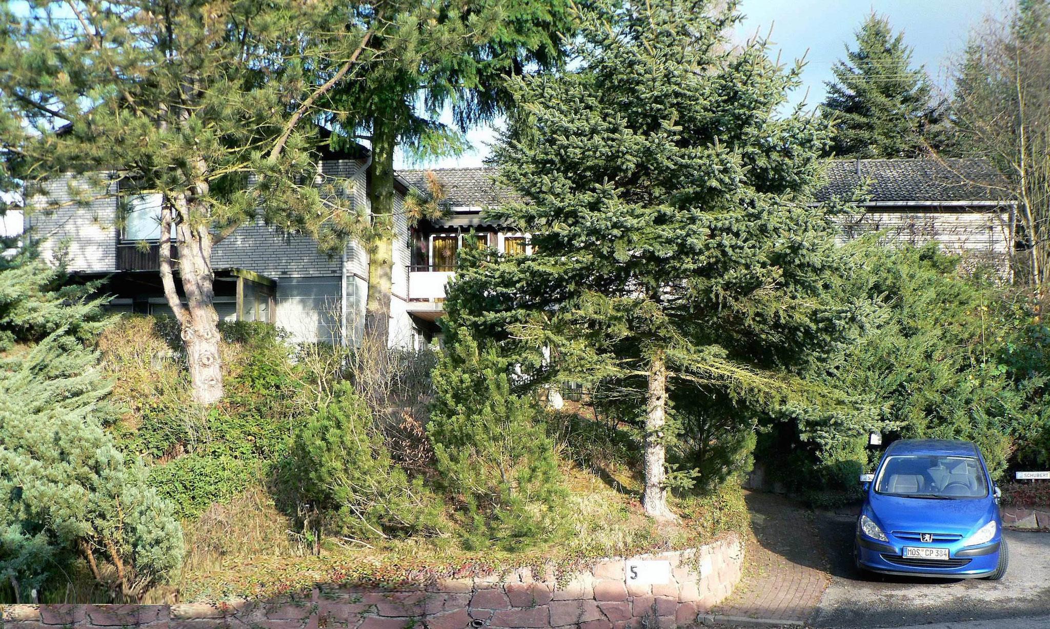 Südseite Haus mit Schwimmhalle