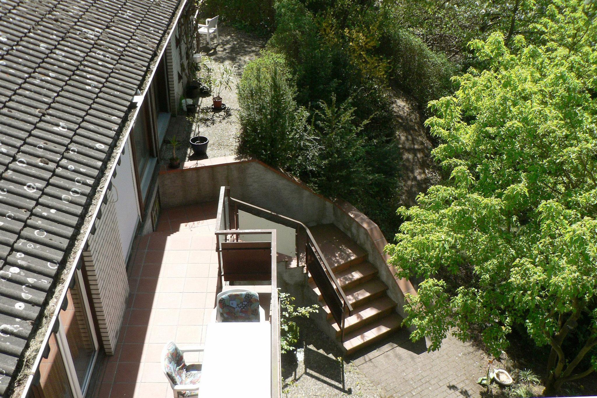 Blick vom Dach azf Eingangsbalkon  und Schwimmbadterrasse
