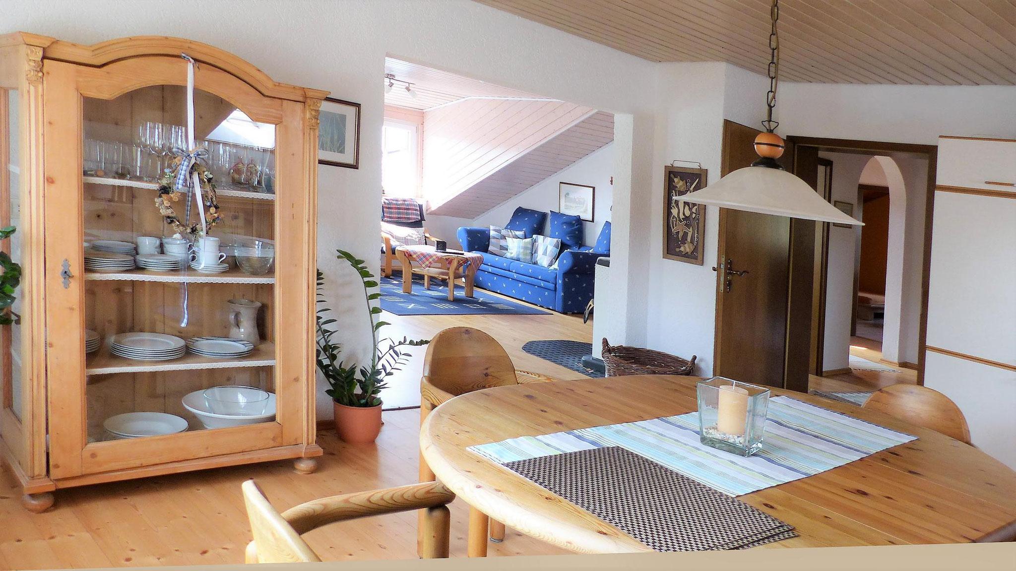 Eßzimmer mit Blick zum Wohnbereich