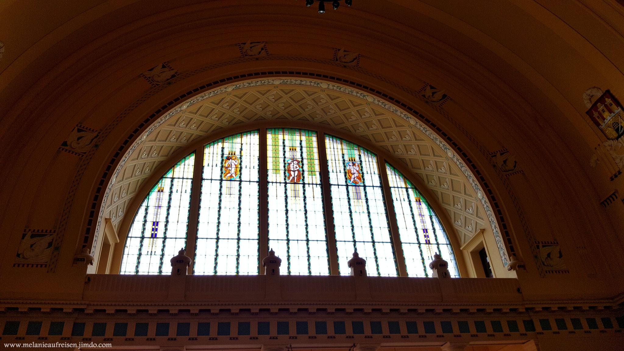 Bleiglasfenster über dem Haupteingang