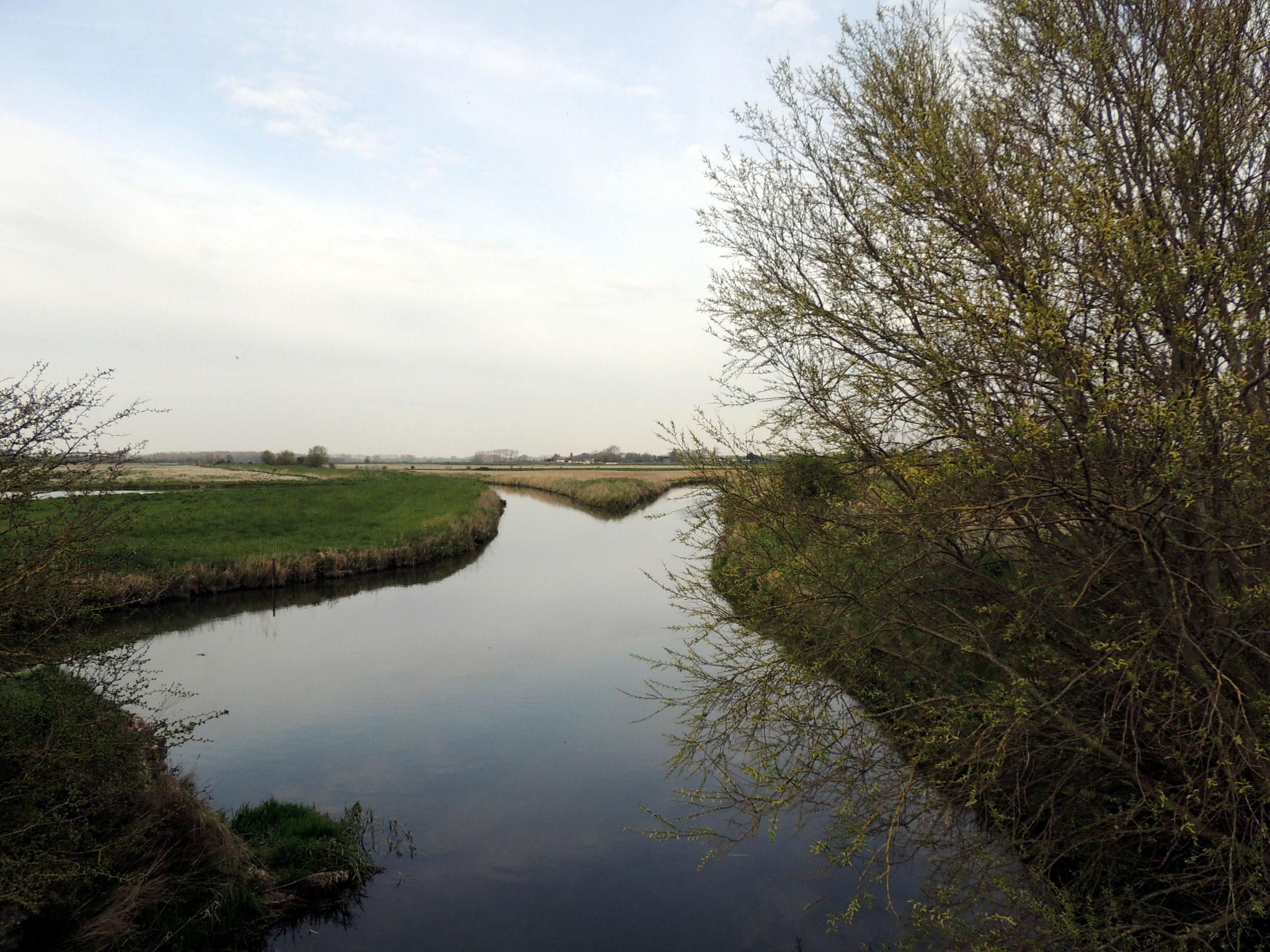 Nous traversons la petite rivière : la Maye