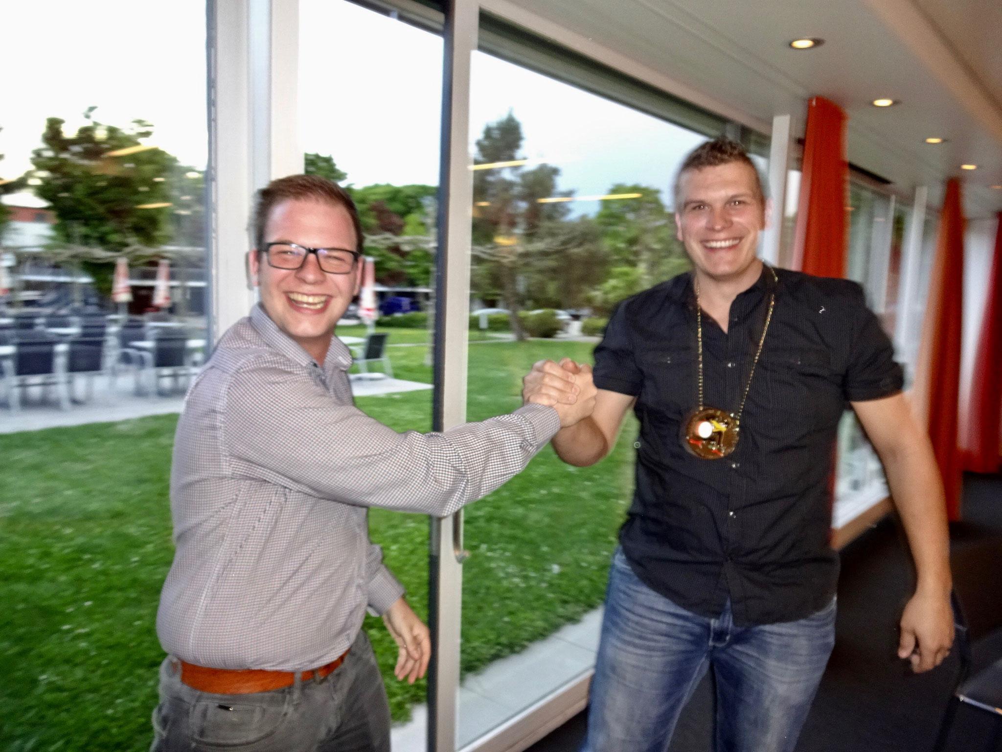 Thömu erhält die Plakette und wird somit zum Chräi gewählt.