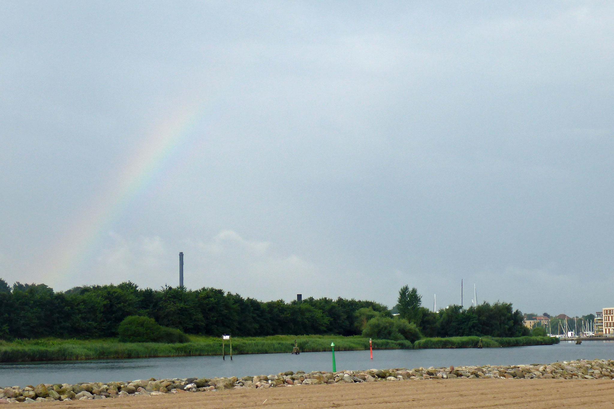 Regenbogen über der Stadt.