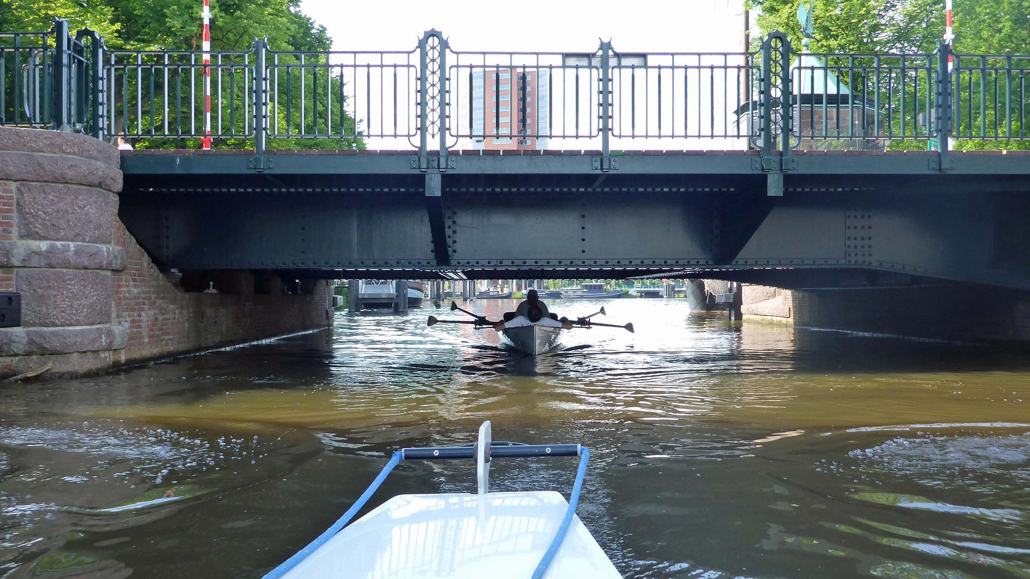 Natürlich unter niedrigen Brücken durch.