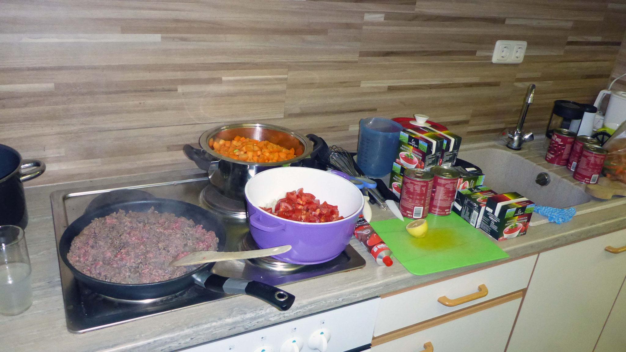 Zum Abendessen gibt's feuriges Chili und Monopoly.