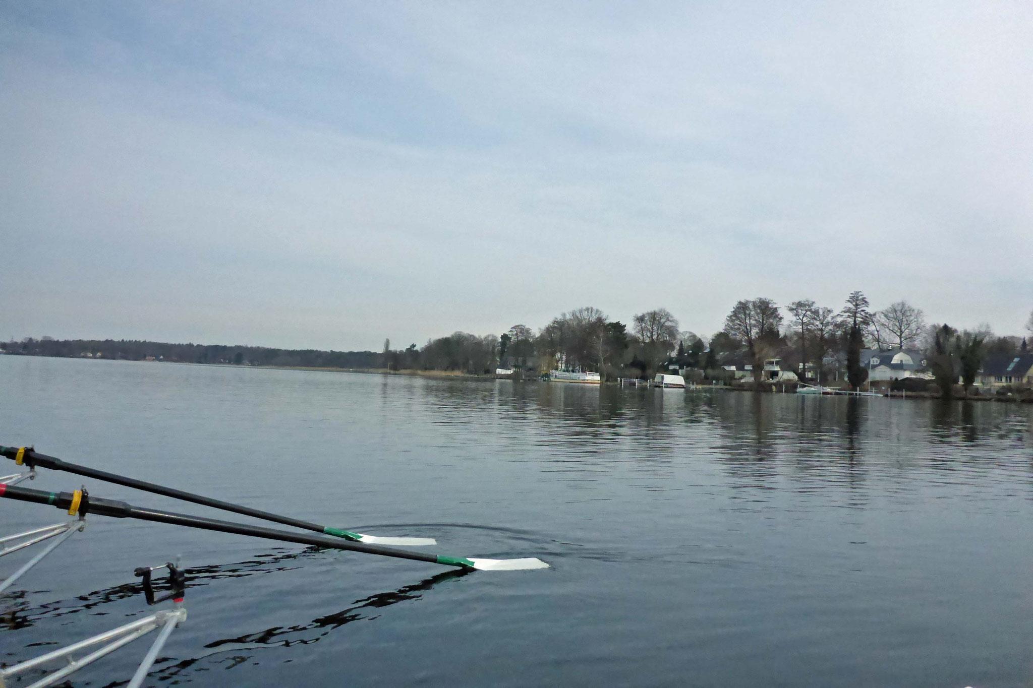 Auf dem Wasser ist alles ruhig.