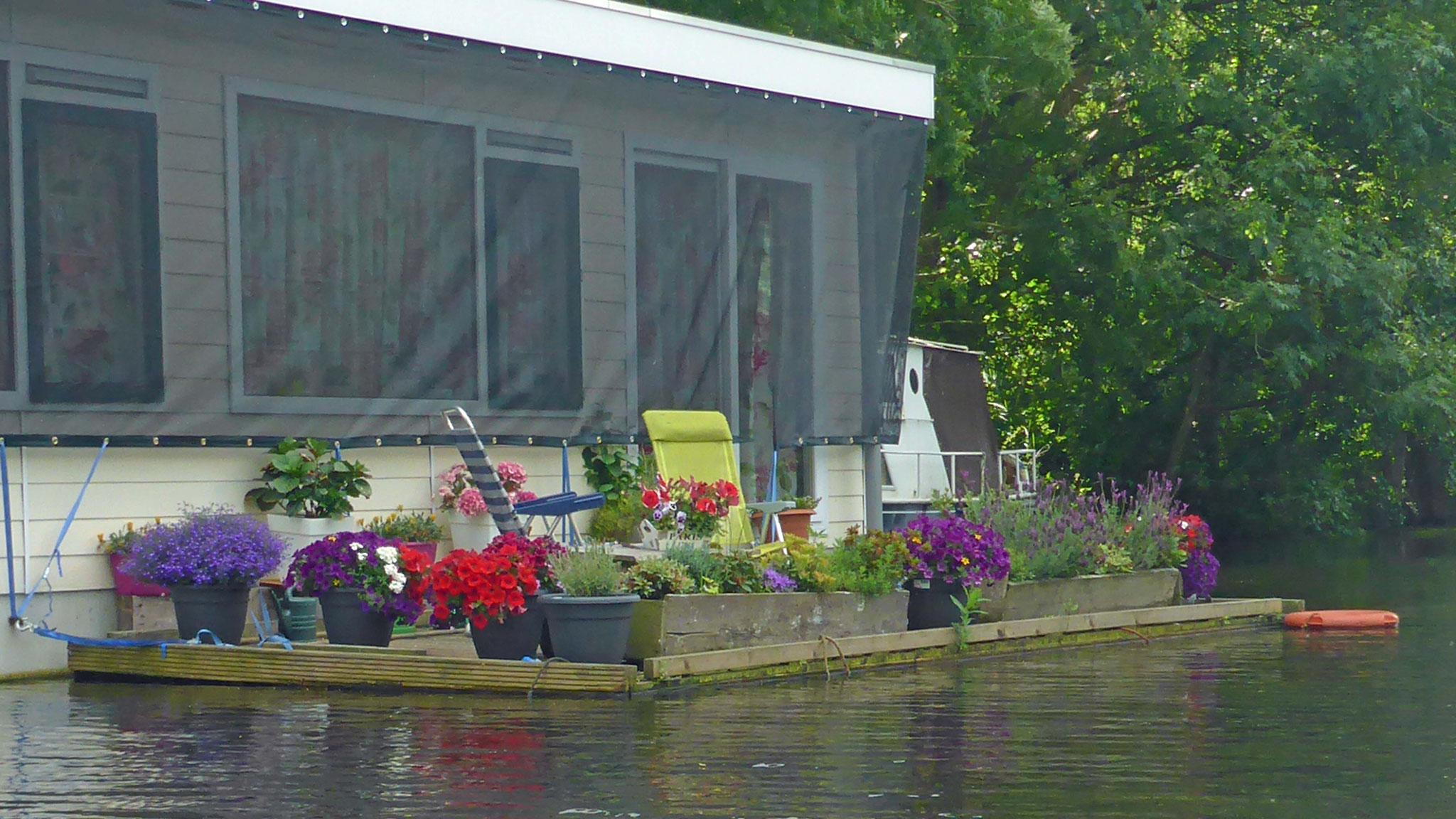 Hausboot mit Vorgarten.