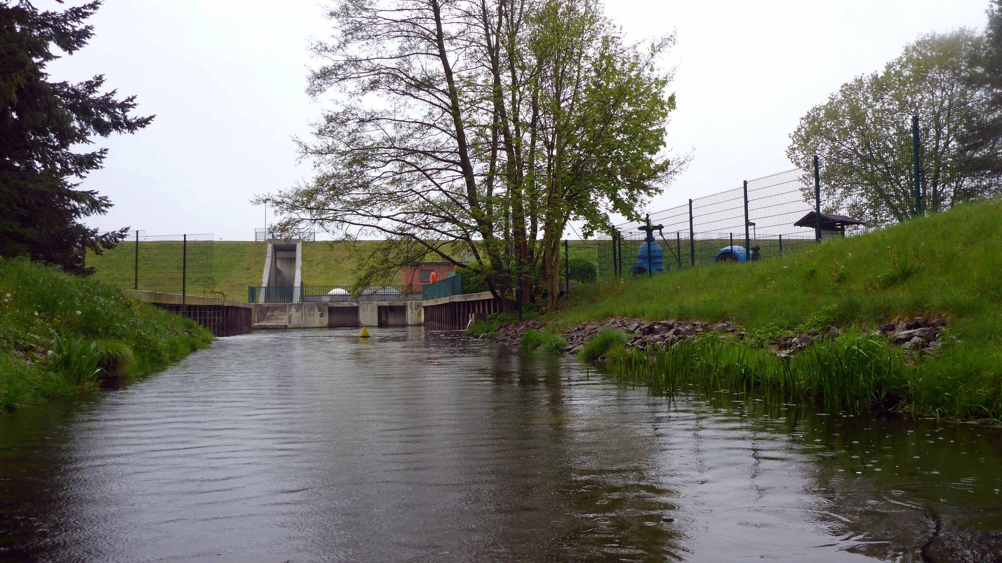 mit Blick auf den Damm.
