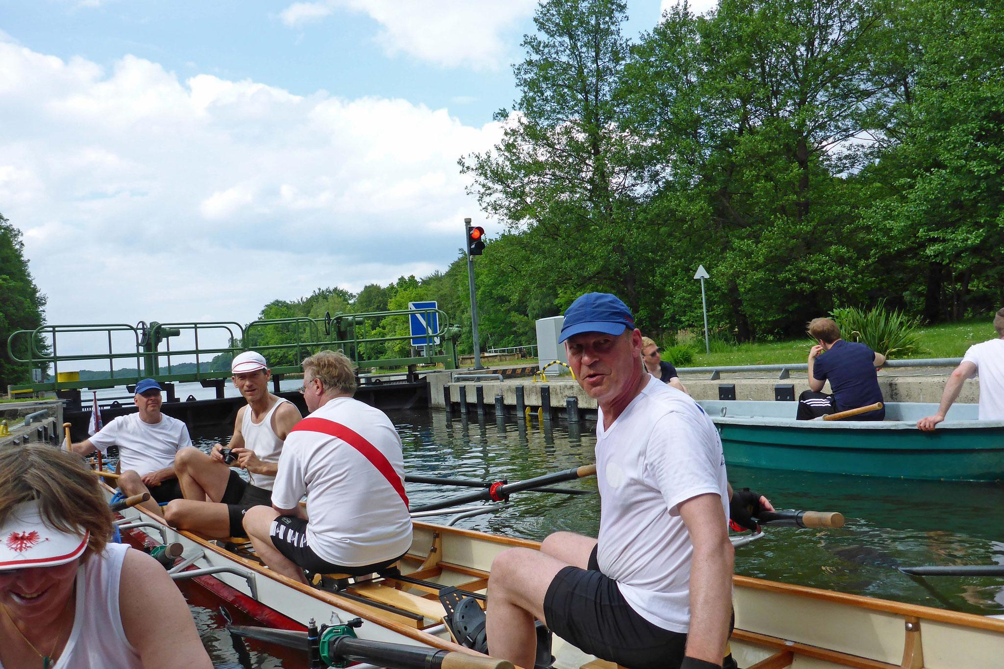 Mathias, Andreas, Helmut und Uwe in der Schleuse.
