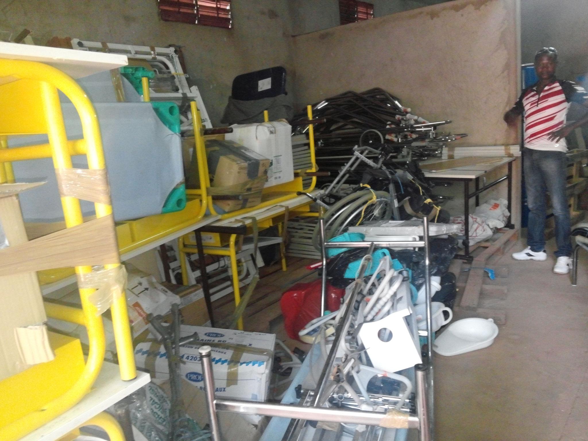 Le matériel dans l'entrepôt de l'OCADES avant distribution