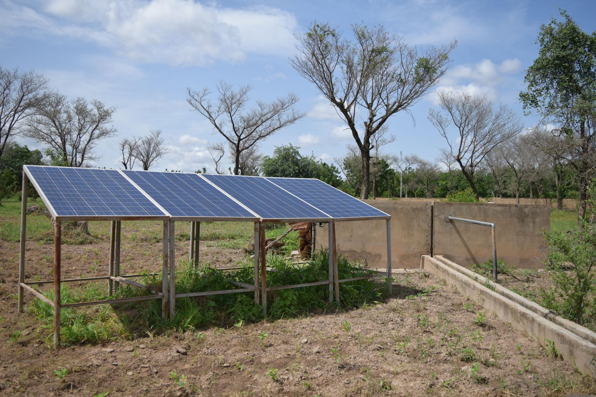 CREN de Temnaoré : panneaux solaires pour alimenter la pompe d'eau du forage