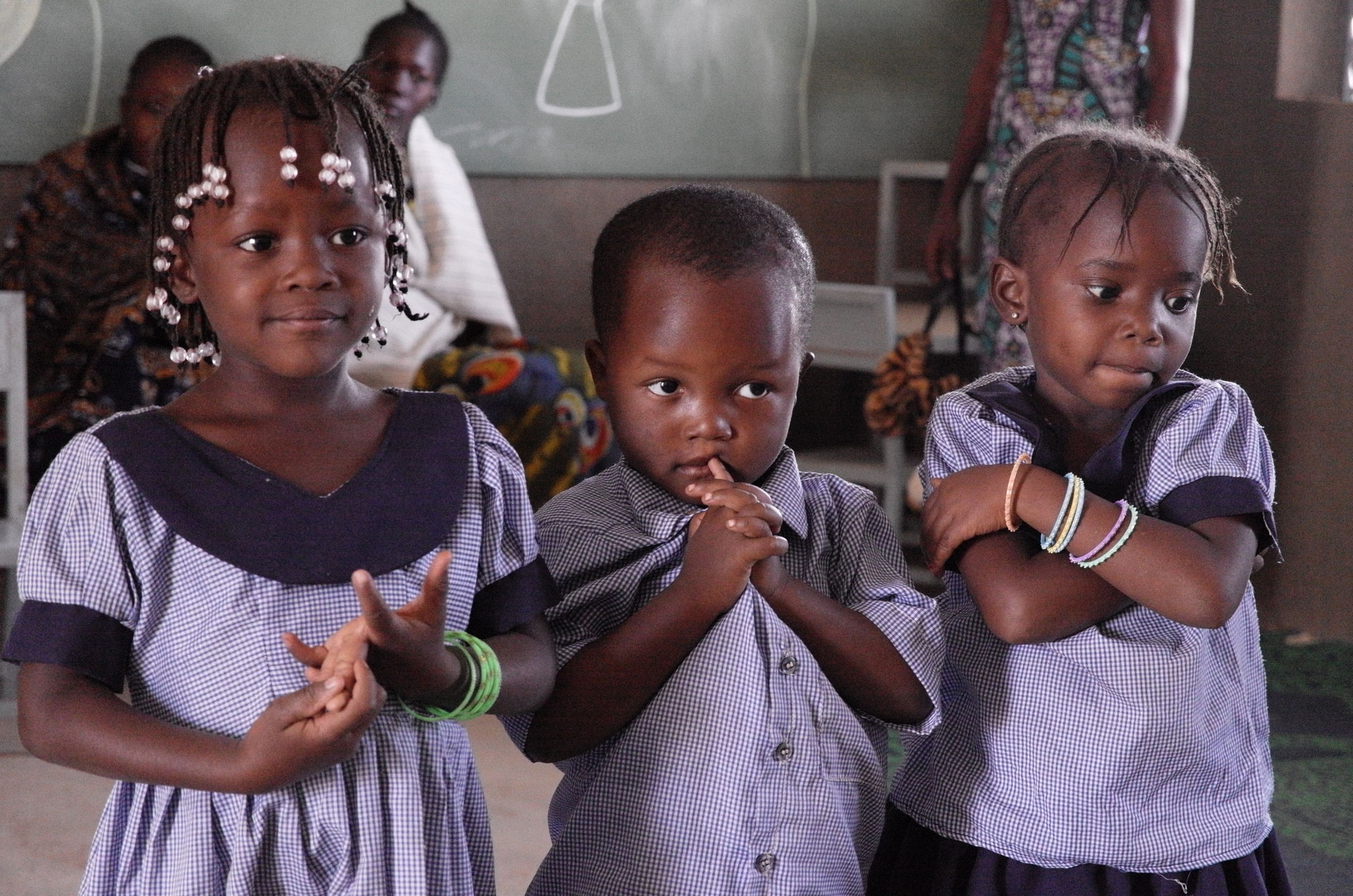 Les enfants en tenue scolaire