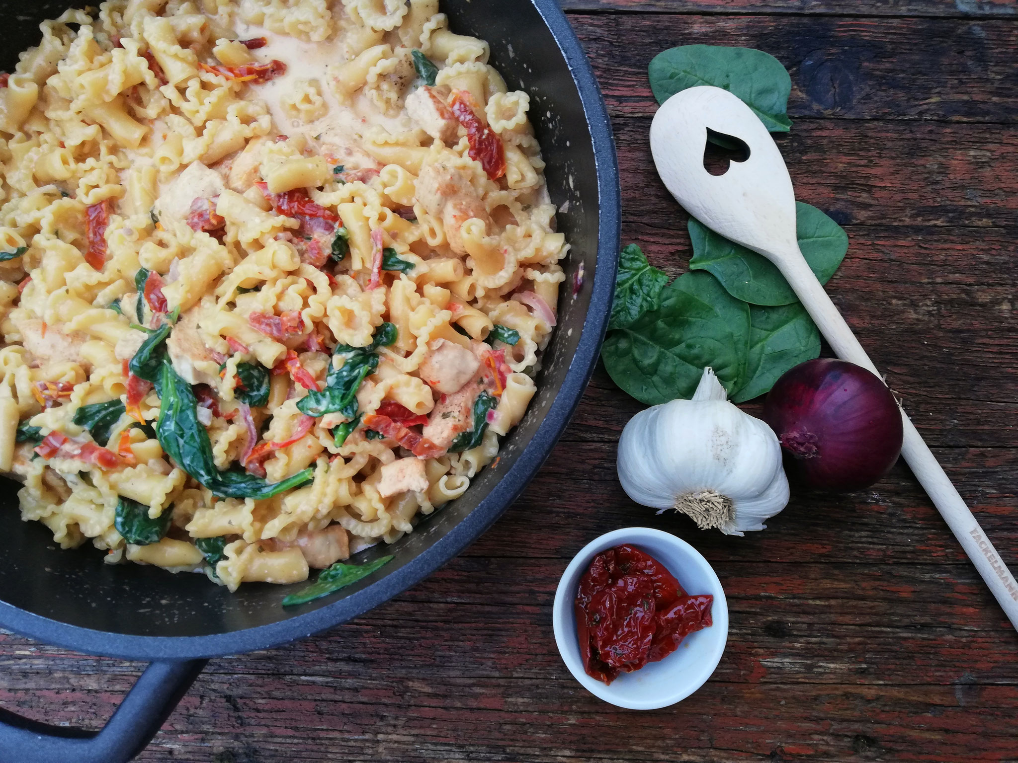 All-In-One-Pasta mit getrockneten Tomaten & Hähnchenbrust
