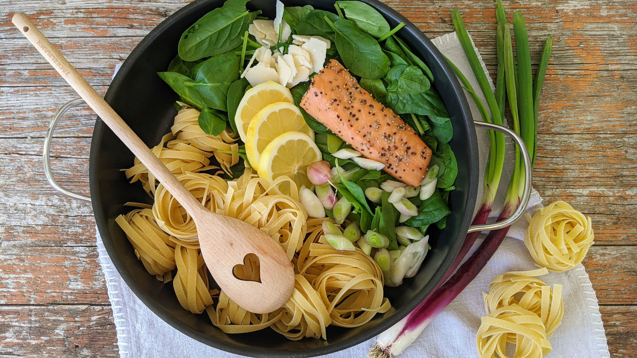 All-in-one-Tagliatelle mit Lachs + Spinat