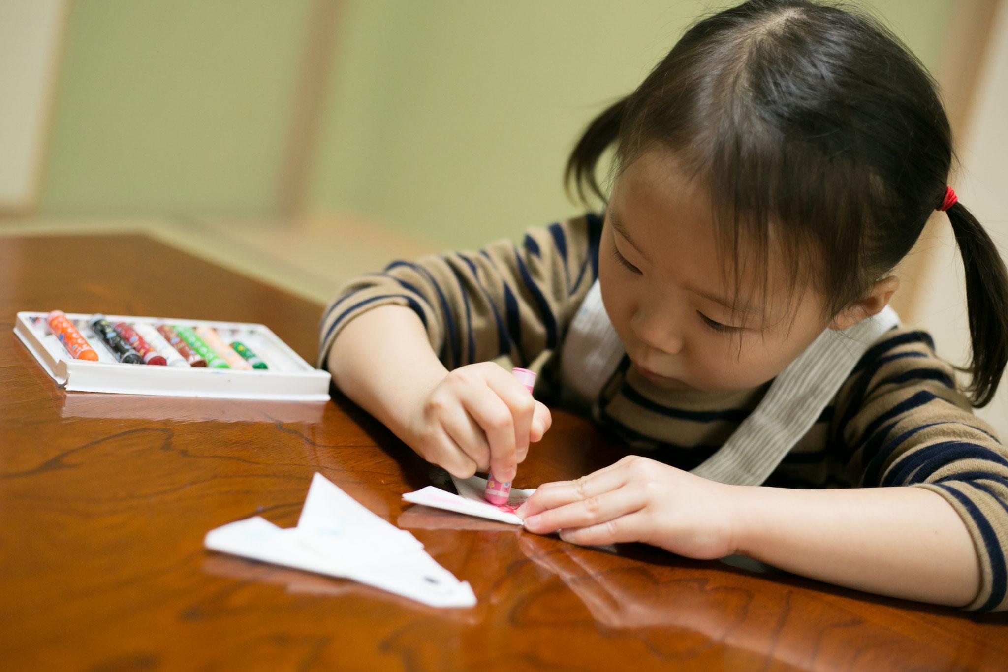 子供たちが、思い思いにクレヨンで色を入れています