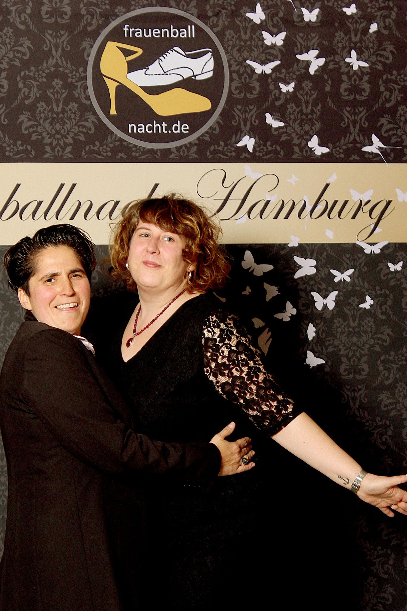 Veranstalterin & DJanes Denise Lau und Alex Baas (pic by Oxana Kessler) / Alexander Potapov – Fotolia (woman butterflies)