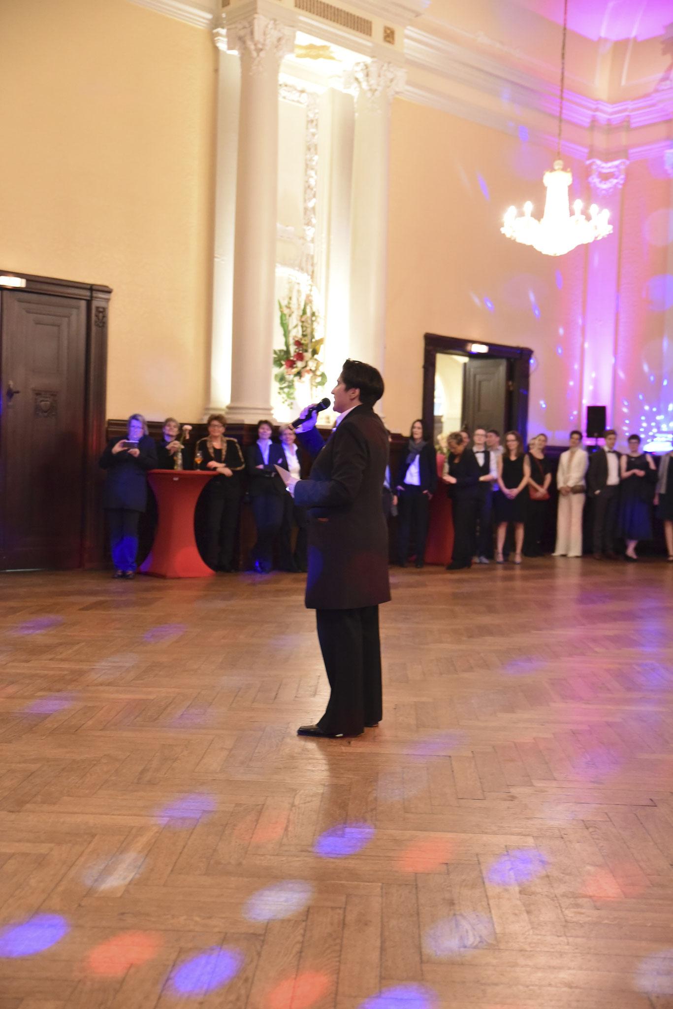 Denise Lau eröffnet ebenfalls die Ballnacht mit einem Walzer  (pic by Karla Pixeljäger)