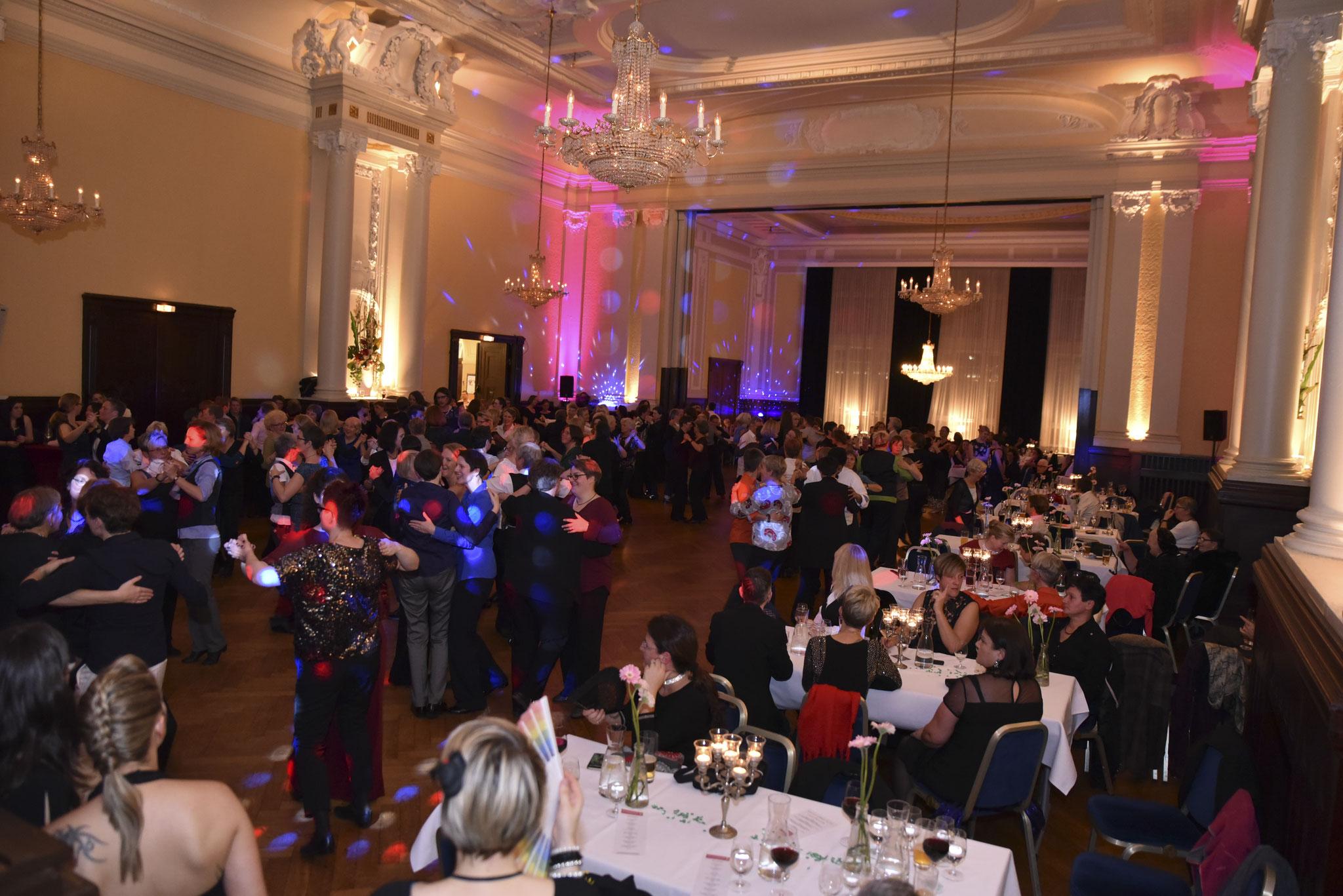 Die Mozartsäle voller tanzwütigen Frauen (pic by Karla Pixeljäger)