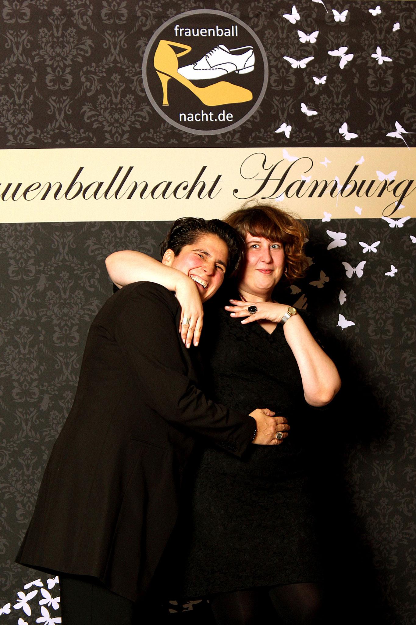 Veranstalterin & DJanes Denise Lau und Alex Baas (pic by Oxana Kessler)/ Alexander Potapov – Fotolia (woman butterflies)
