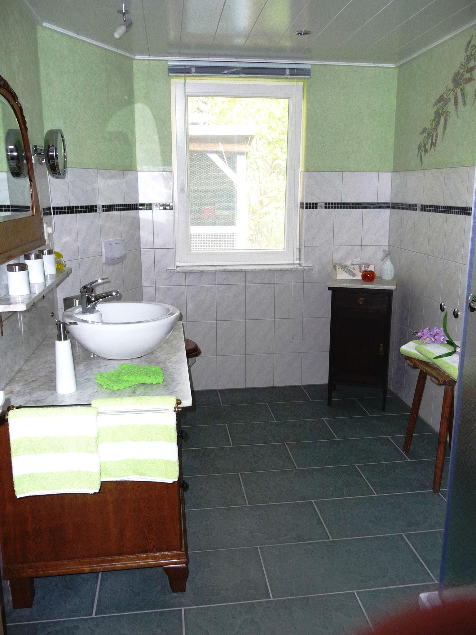 Hygiene soll auch im Urlaub ein Vergnügen sein. Ein helles, freundliches Bad, die unverwechselbare Schönheit alter Möbel - detailgetreu restauriert - verbunden mit allem Komfort moderner Ausstattung, die Sie von daheim gewohnt sind.