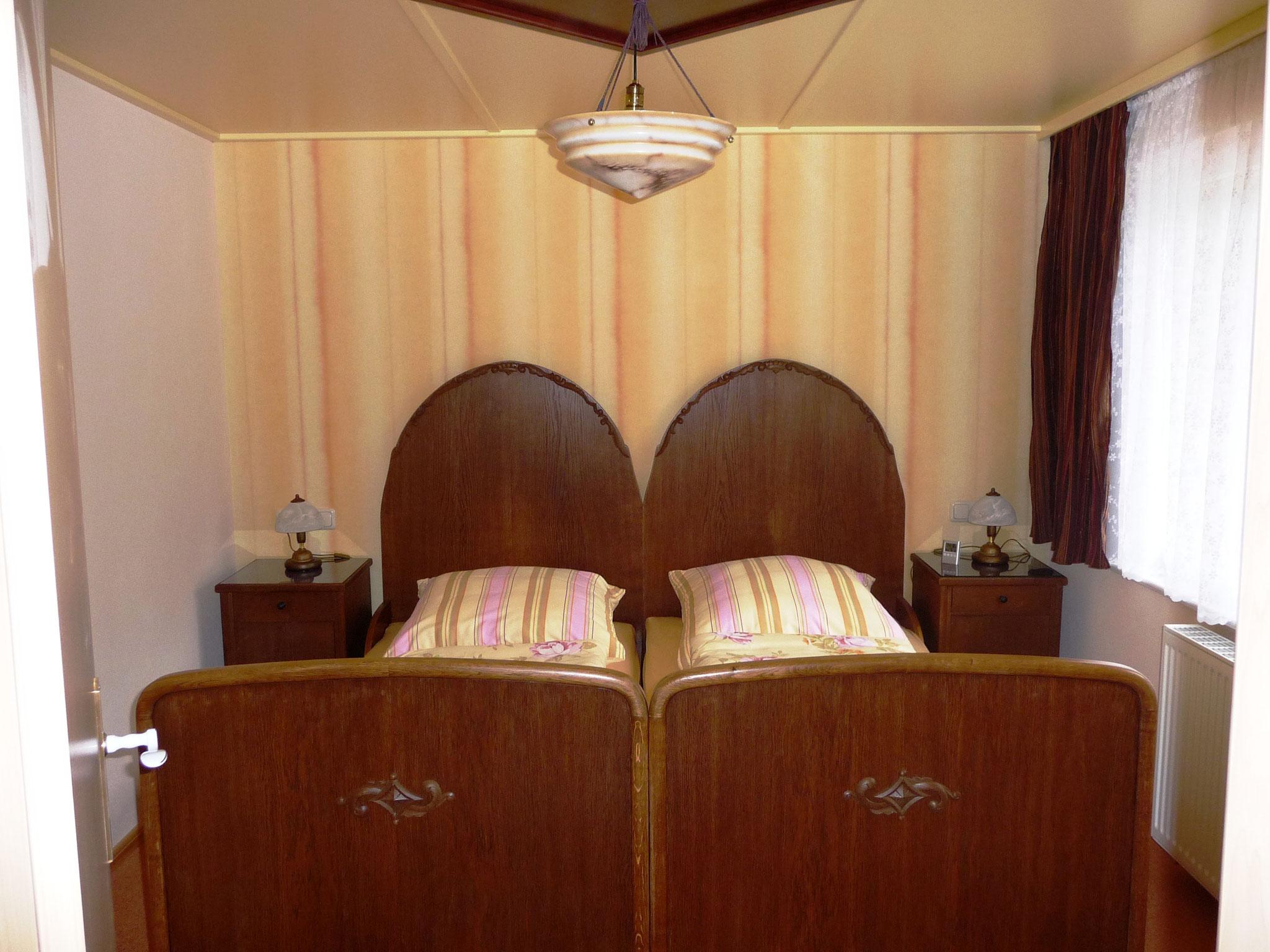 Ob Sie von den Erlebnissen des vergangenen Tages oder schon vom nächsten  Ausflug träumen, das liebevoll restaurierte Doppelbett aus der Zeit um 1890  lädt Sie dazu ein.