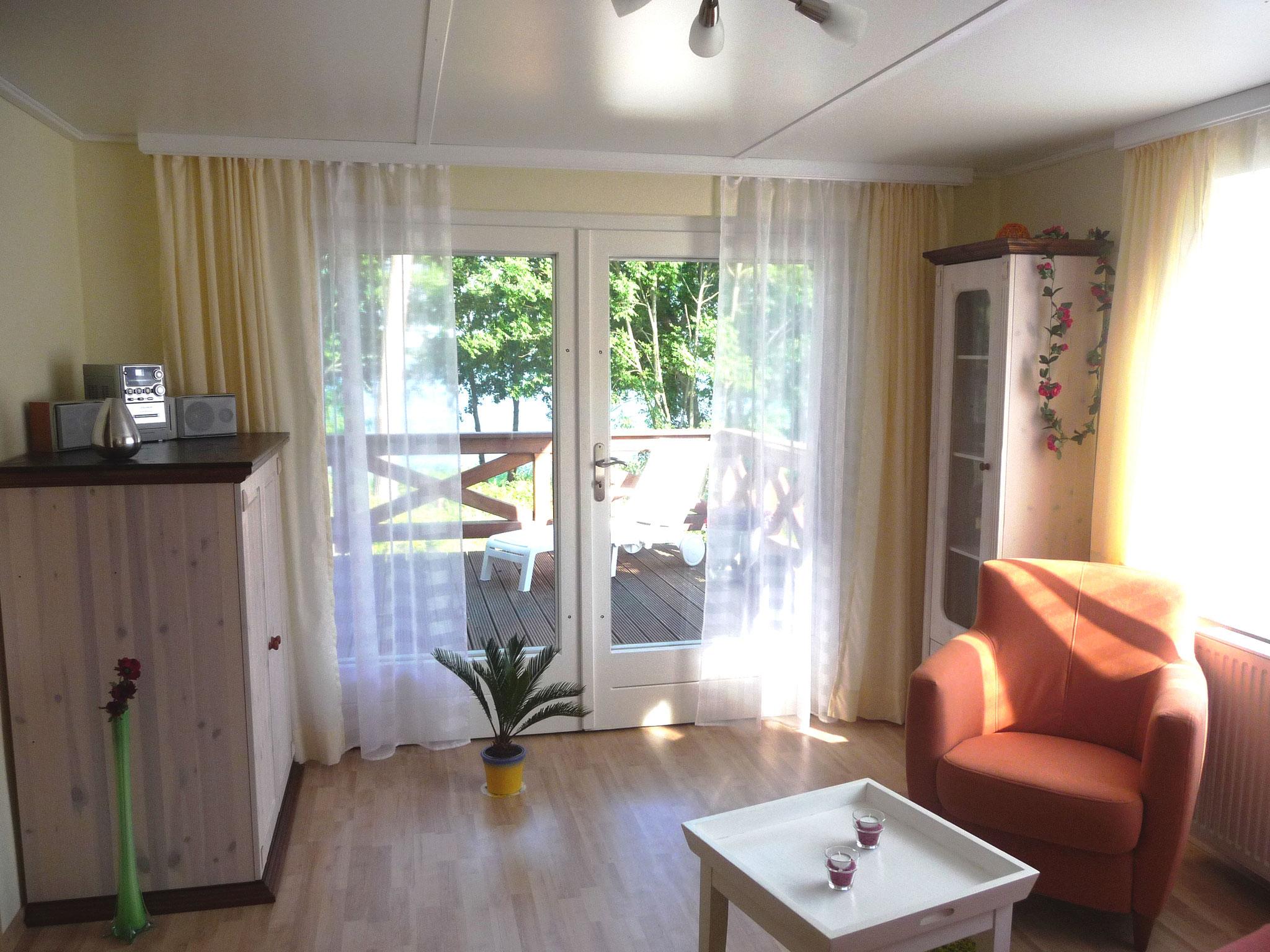 """Ihr Wohnzimmer: Unterhaltung und Entspannung - Komfort und Gemütlichkeit.  Hier bleibt kein Wunsch offen. Fühlen Sie sich wie zu Hause. Eine gemütliche Sitzecke, stilvolle Möbel, machen Ihren Aufenthalt in der """"Stilblüte"""" zum Genuss."""