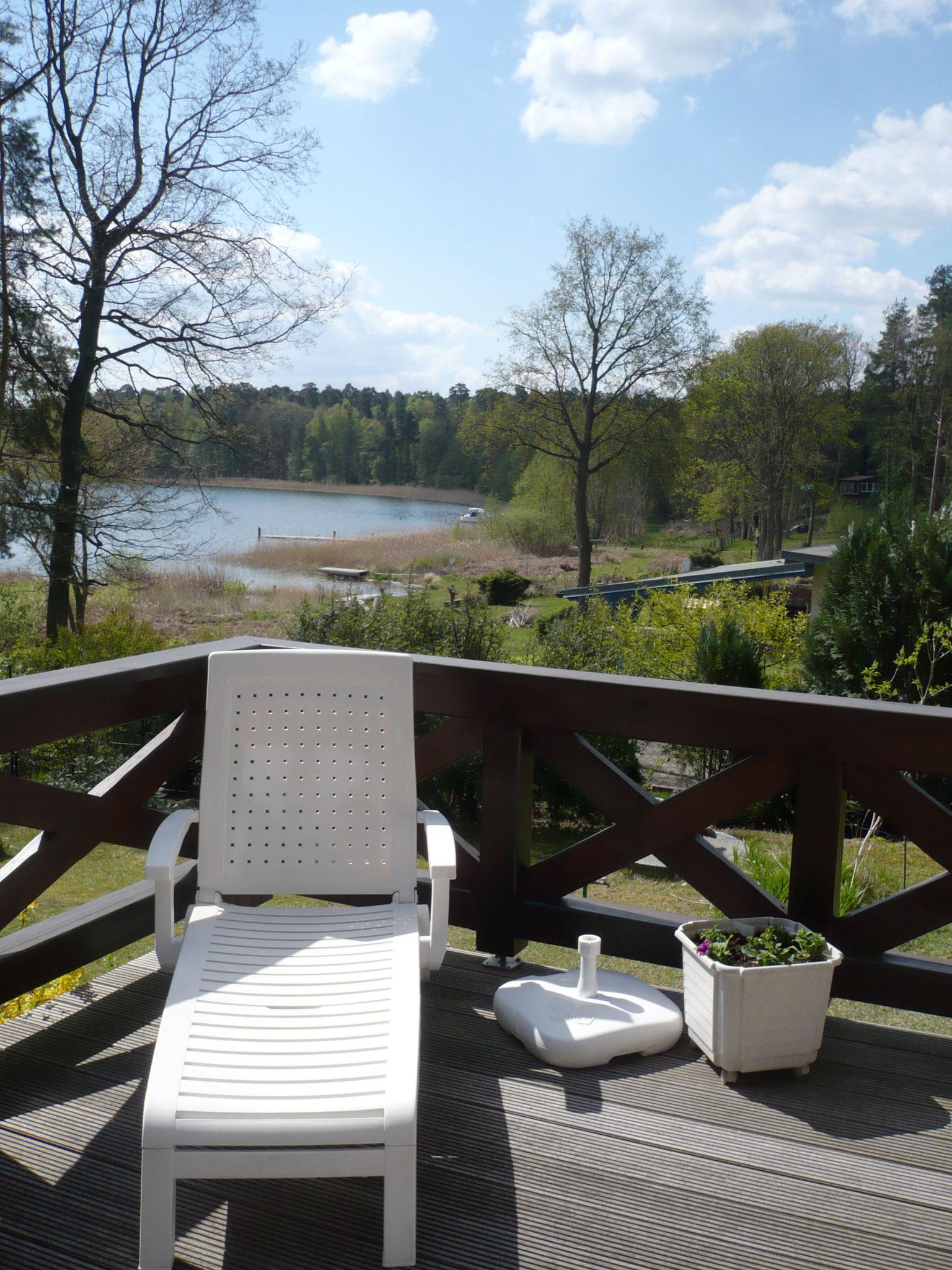 Lehnen Sie sich entspannt zu¬rück und relaxen bei einem Sonnenbad. Denn auch das ist Urlaub: Kraft tanken für den nächsten Ausflug in die malerische Landschaft der Mecklenburgischen Seenplatte und des Müritz-Nationalparks.