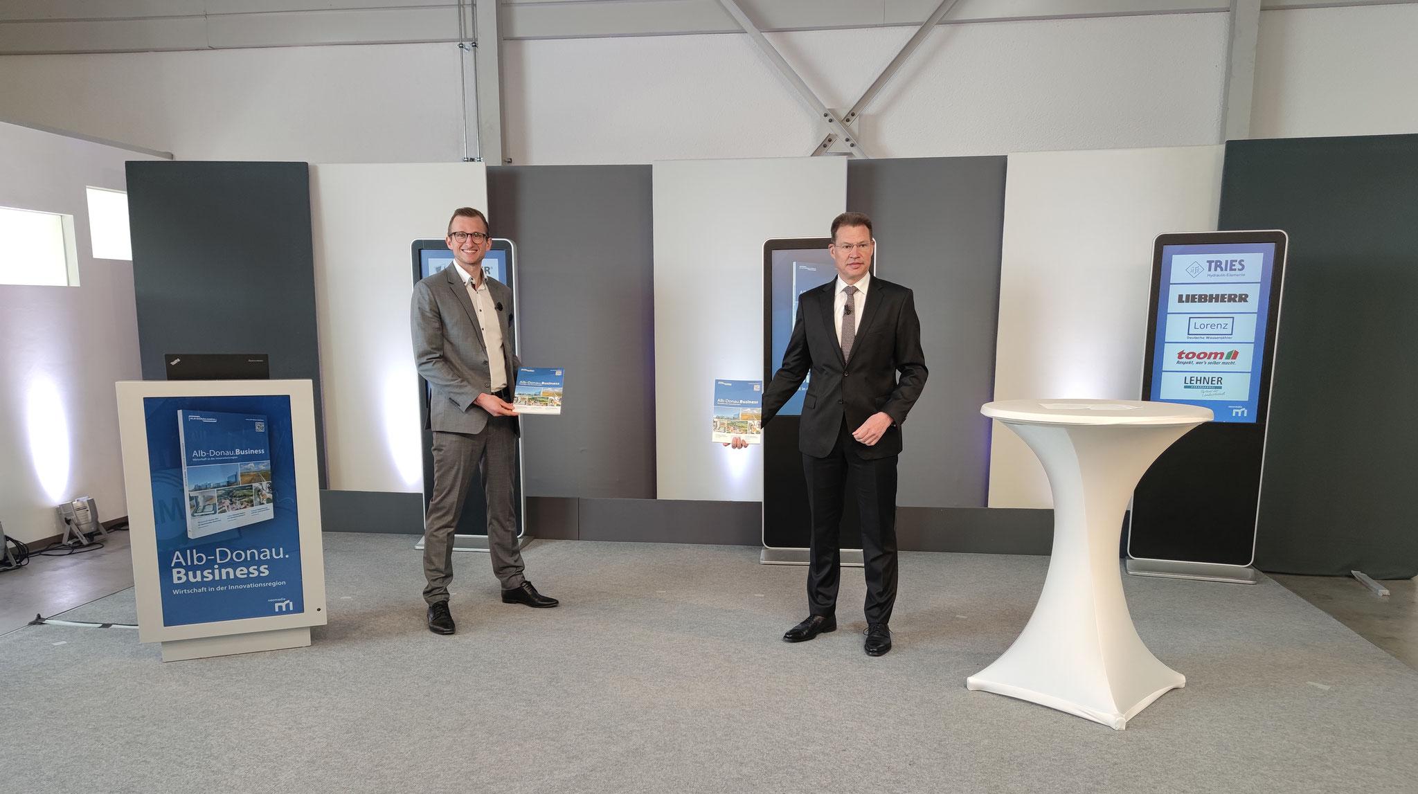 Veröffentlichung von Alb-Donau.Business, v.l.: Yannick Schäfer und Landrat Heiner Scheffold