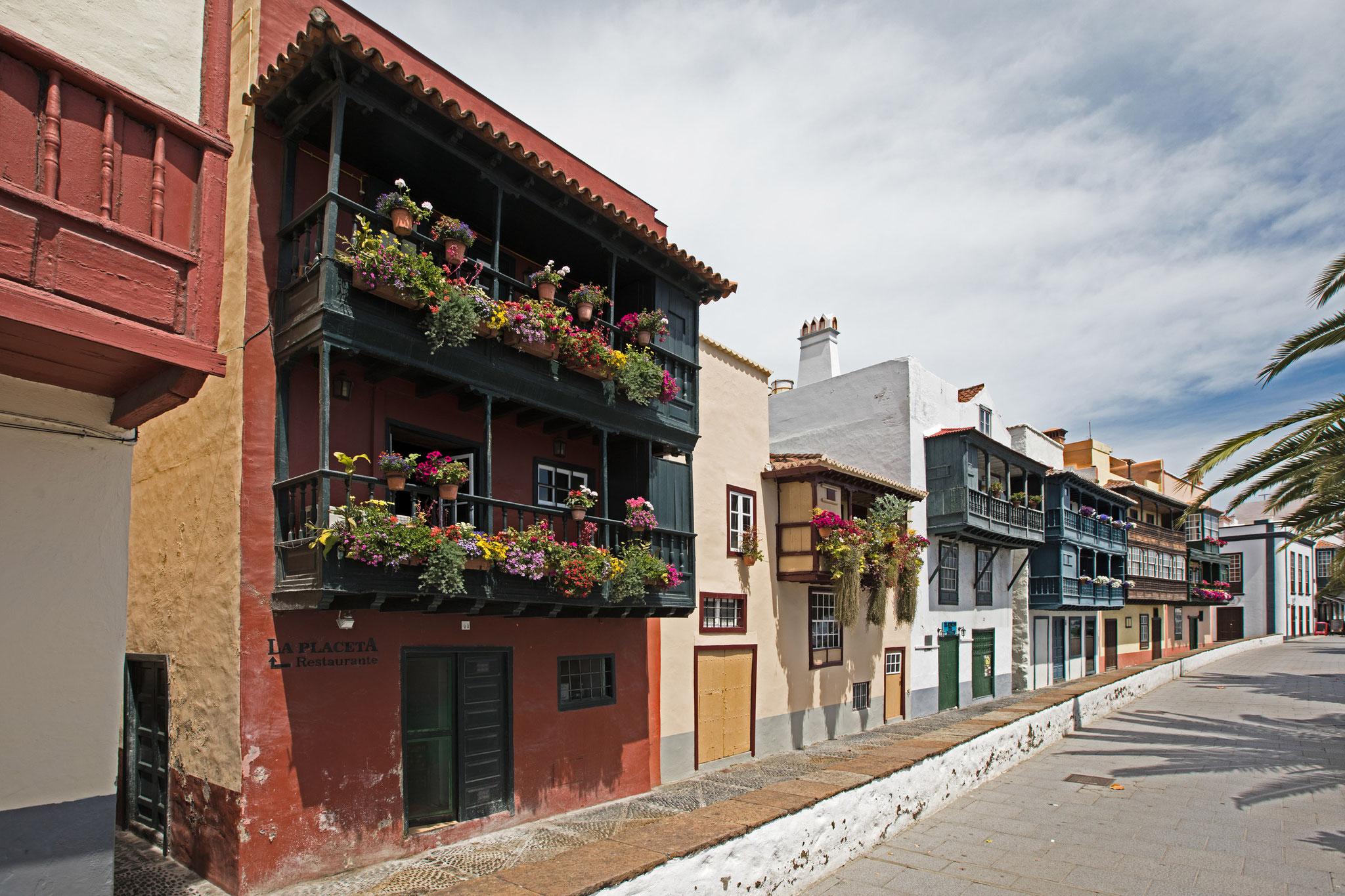 Santa Cruz de la Palma - Häuser mit typischen Holzbalkonen an der Avenida Maritima