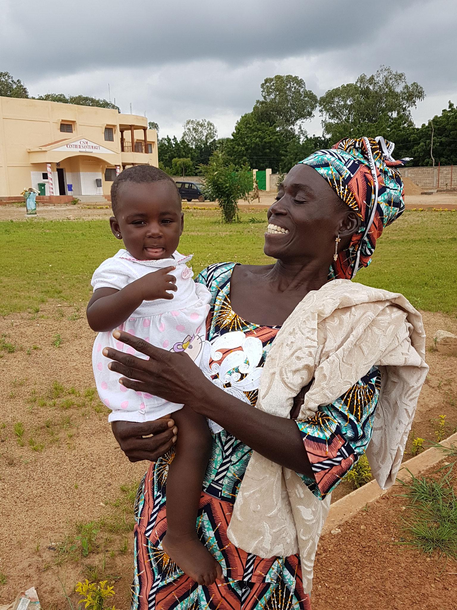 Une petite maman avec un bébé dont elle a la charge